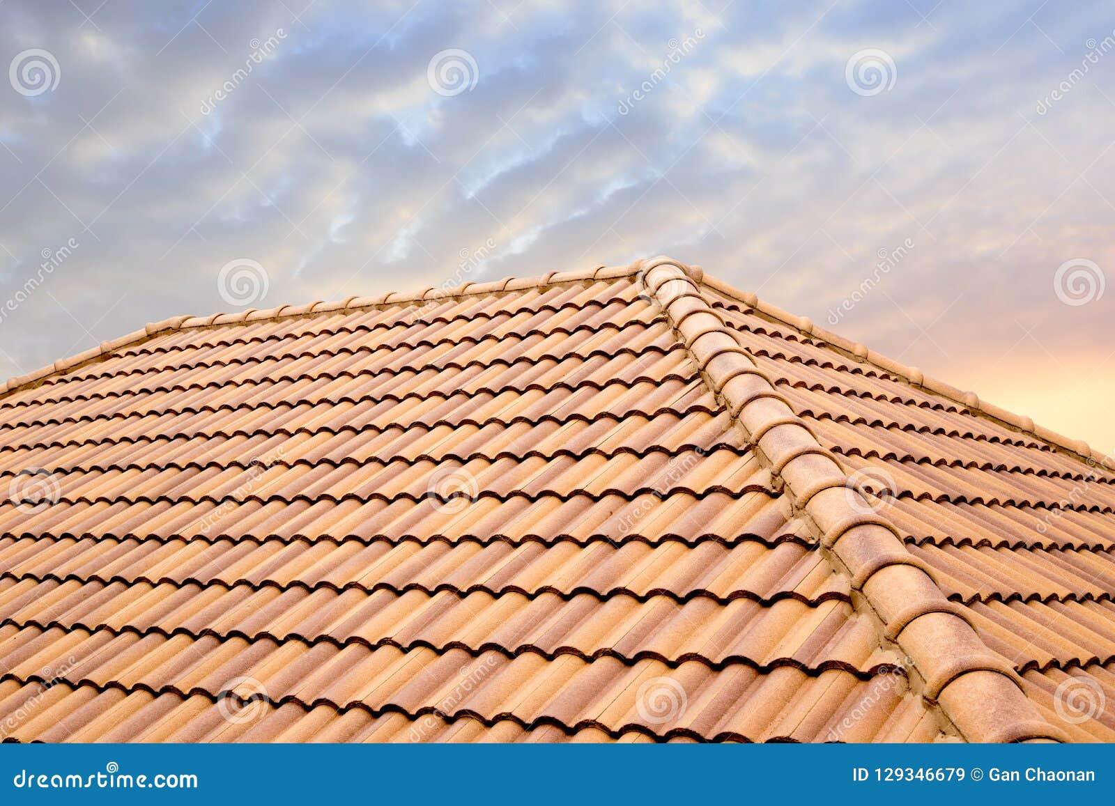 Van de daktegels en hemel zonlicht Het concept die van dakwerkcontractanten Huisdak installeren