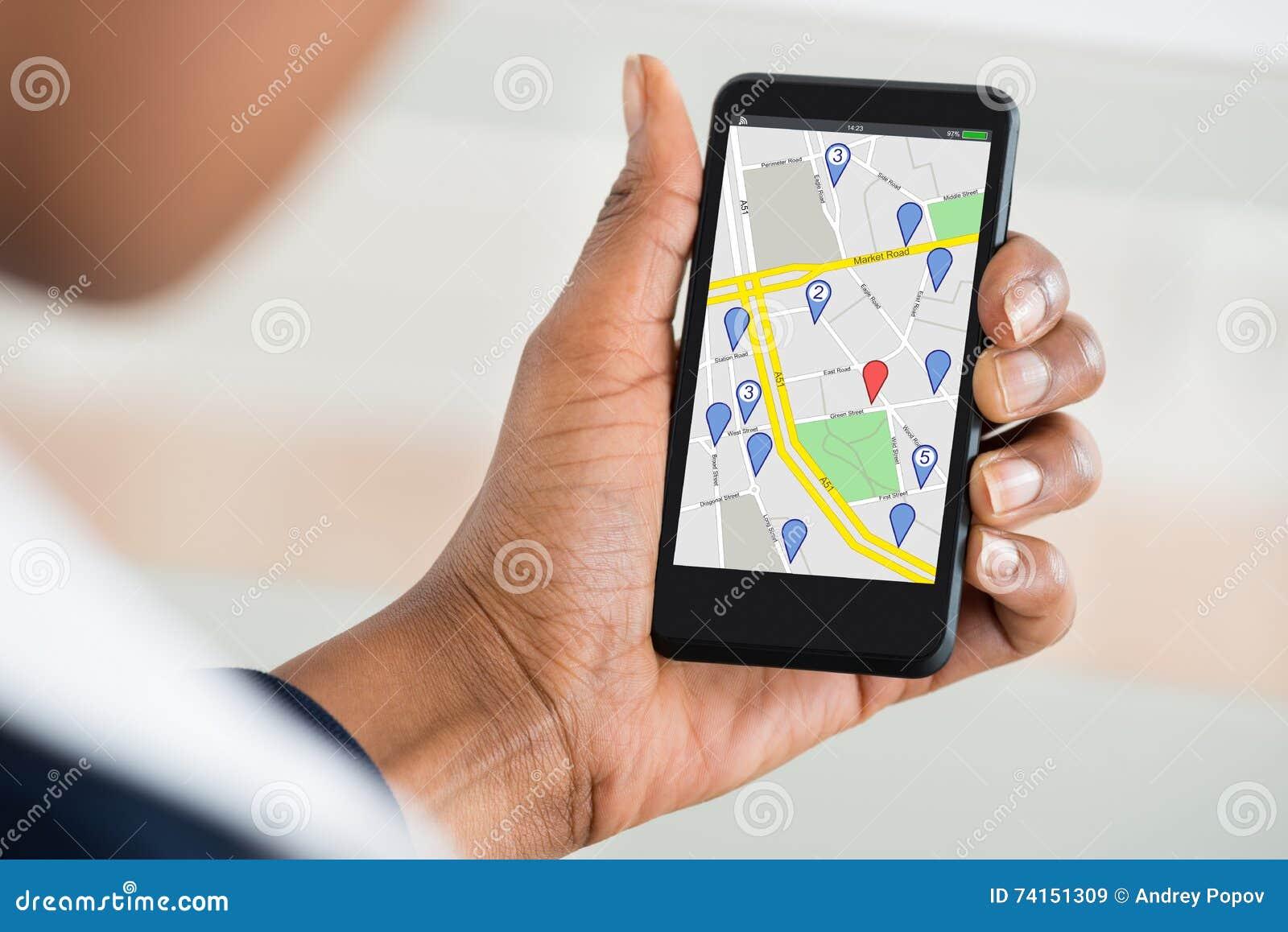 Van de de Handholding van de vrouw de Mobiele Telefoon met Plaats Mark On Map