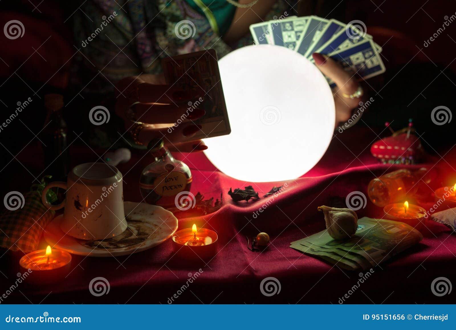 Van de de tellerholding van het vrouwenfortuin het tarotkaarten