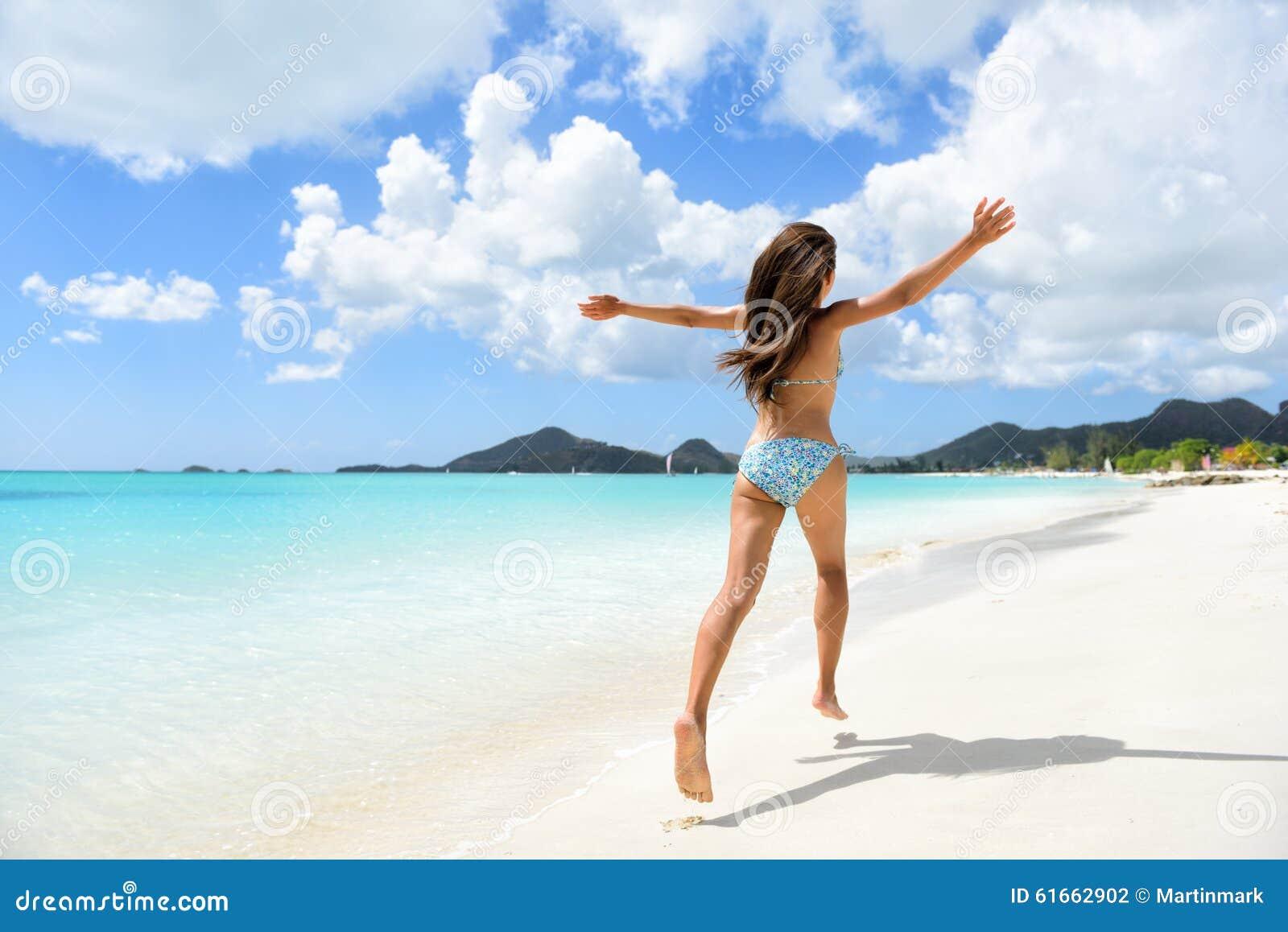 Van de de vakantievakantie van het reisstrand gelukkig de bikinimeisje