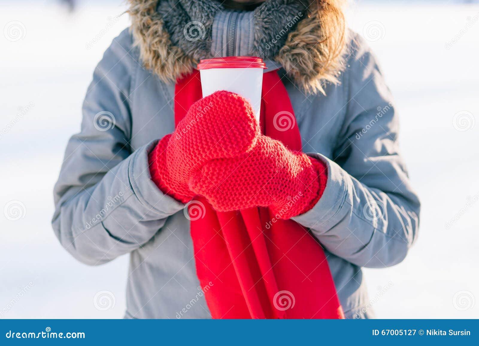 Van de de winterkop van de vrouwenholding dichte omhooggaand