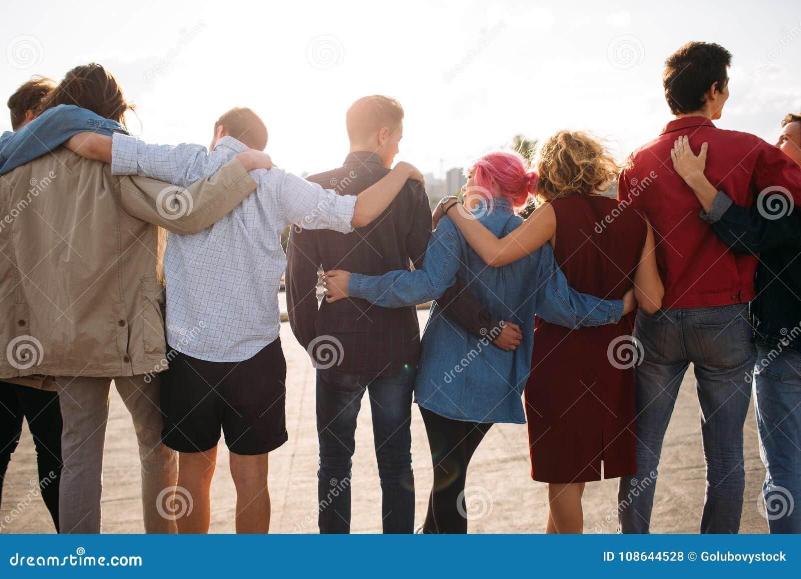Van de de eenheidssteun van groeps diverse mensen de vriendschapsrug