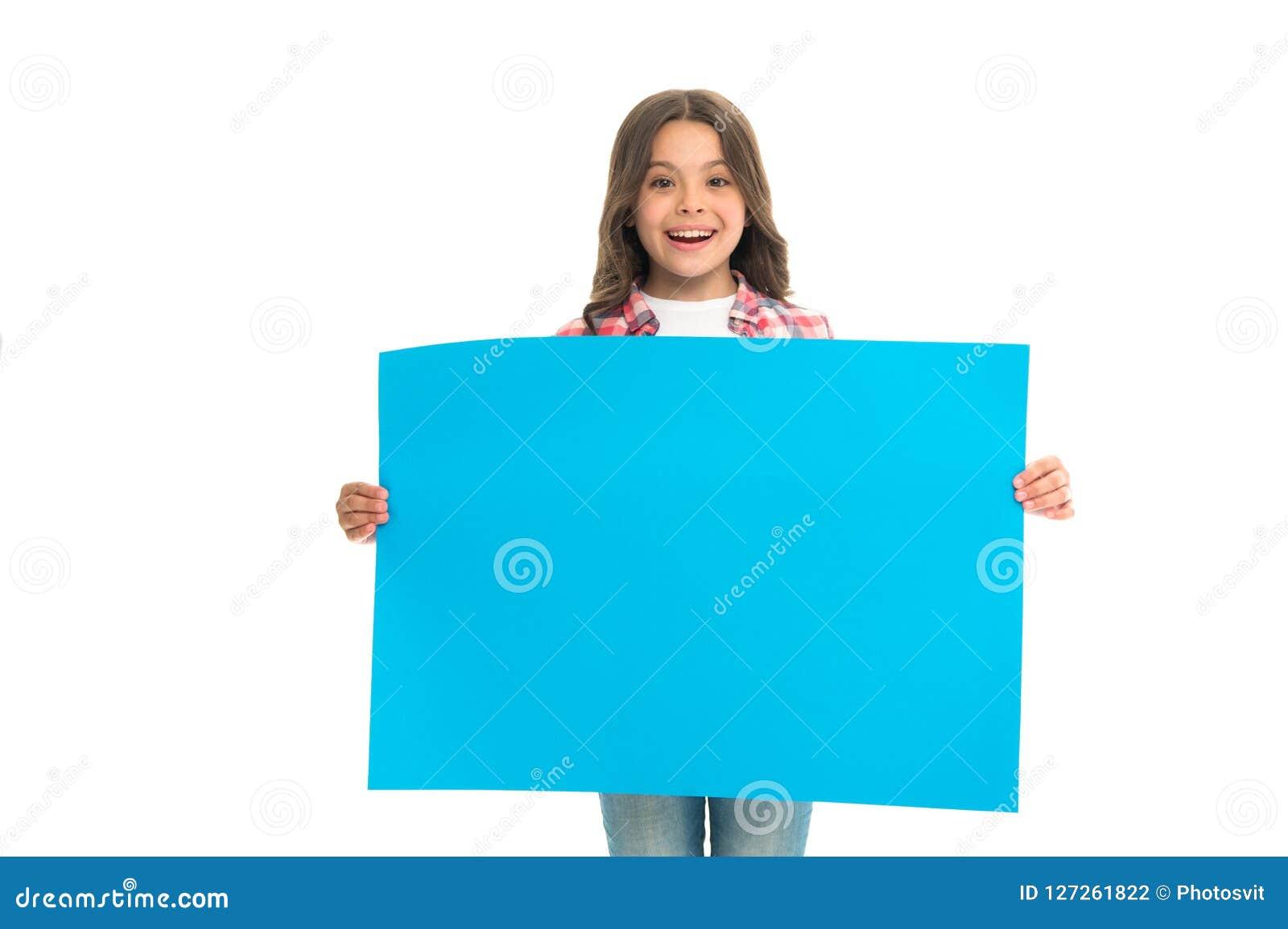 Van de de greep lege oppervlakte van het meisjesjonge geitje het exemplaarruimte Reclameconcept Gelukkige draagt het kind leuke m