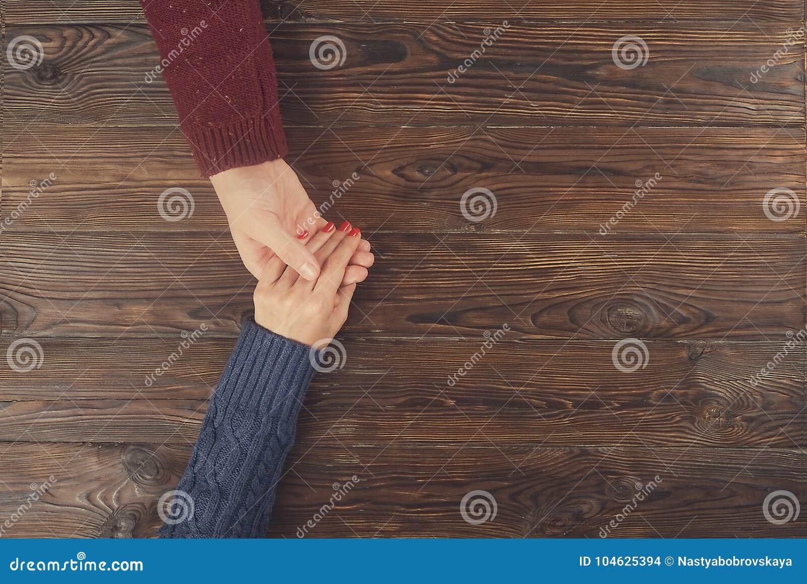Download Van De De Hand Hoogste Mening Van De Mensenholding Vrouwelijke Het Exemplaarruimte Paar In Liefde Stock Foto - Afbeelding bestaande uit mensen, dating: 104625394