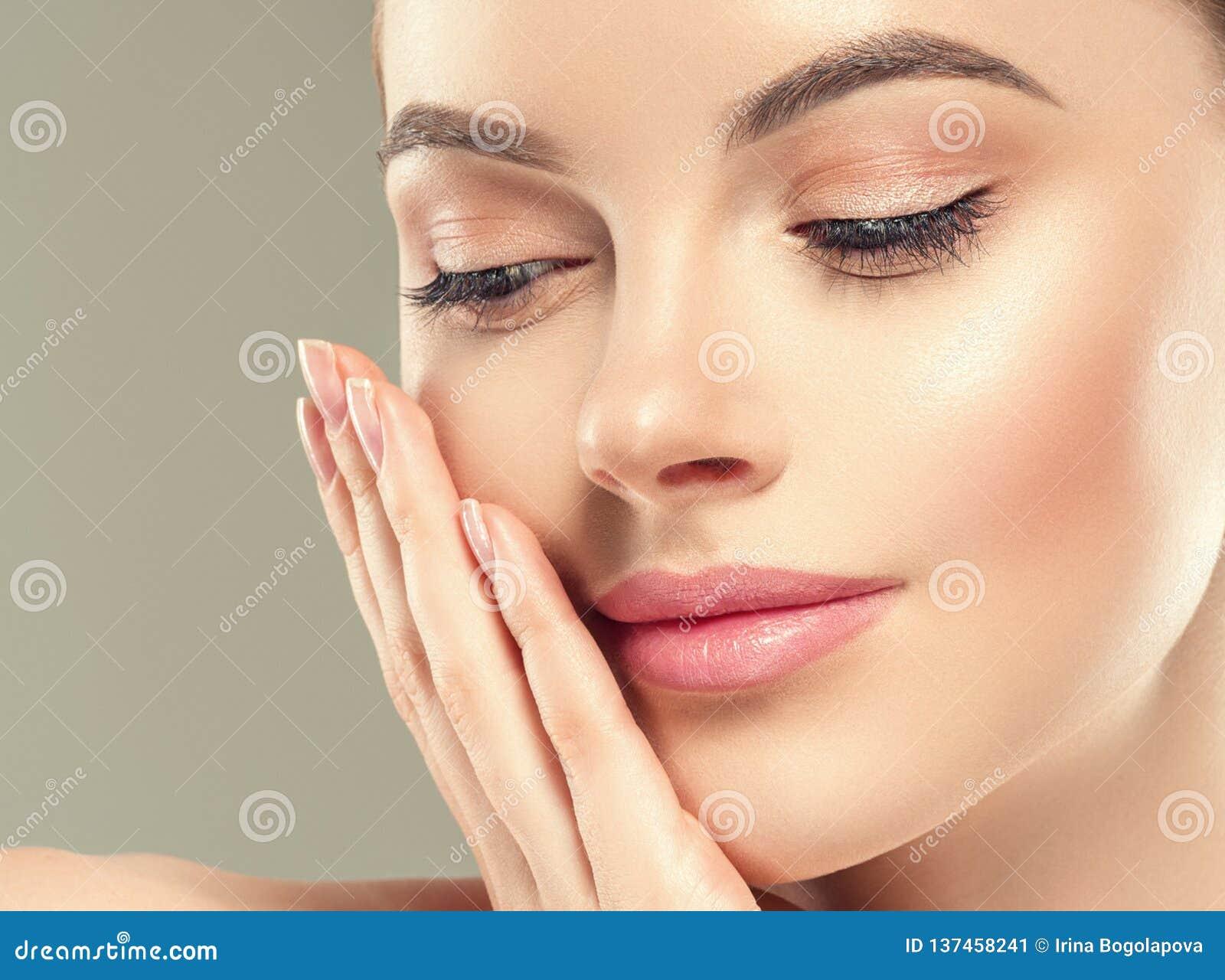 Van de het flard kosmetische vrouwelijke vrouw van het oogmasker het gezichts gezonde huid