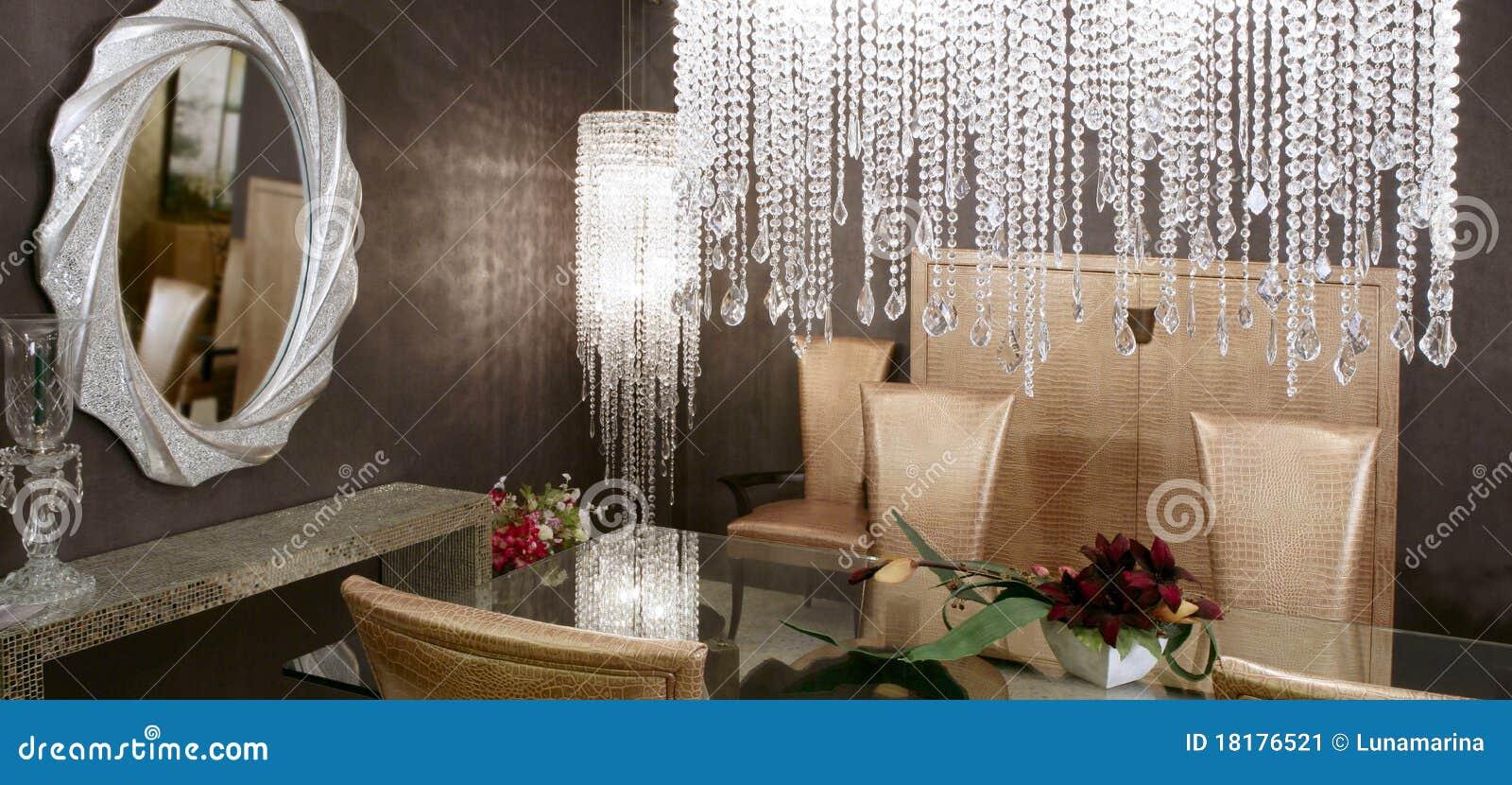 Van de het kristallamp van de eetkamer de gouden stoelen stock ...
