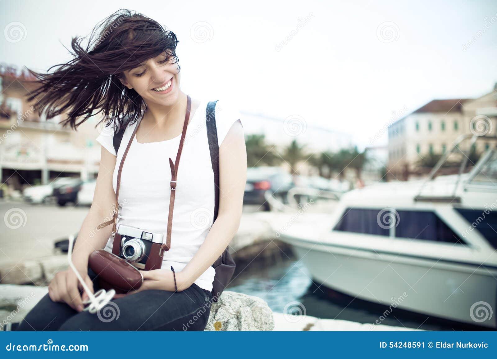 Van de het strandvrouw van de zomer van de de pretholding de uitstekende retro en camera die gelukkig tijdens de vakantiereis van