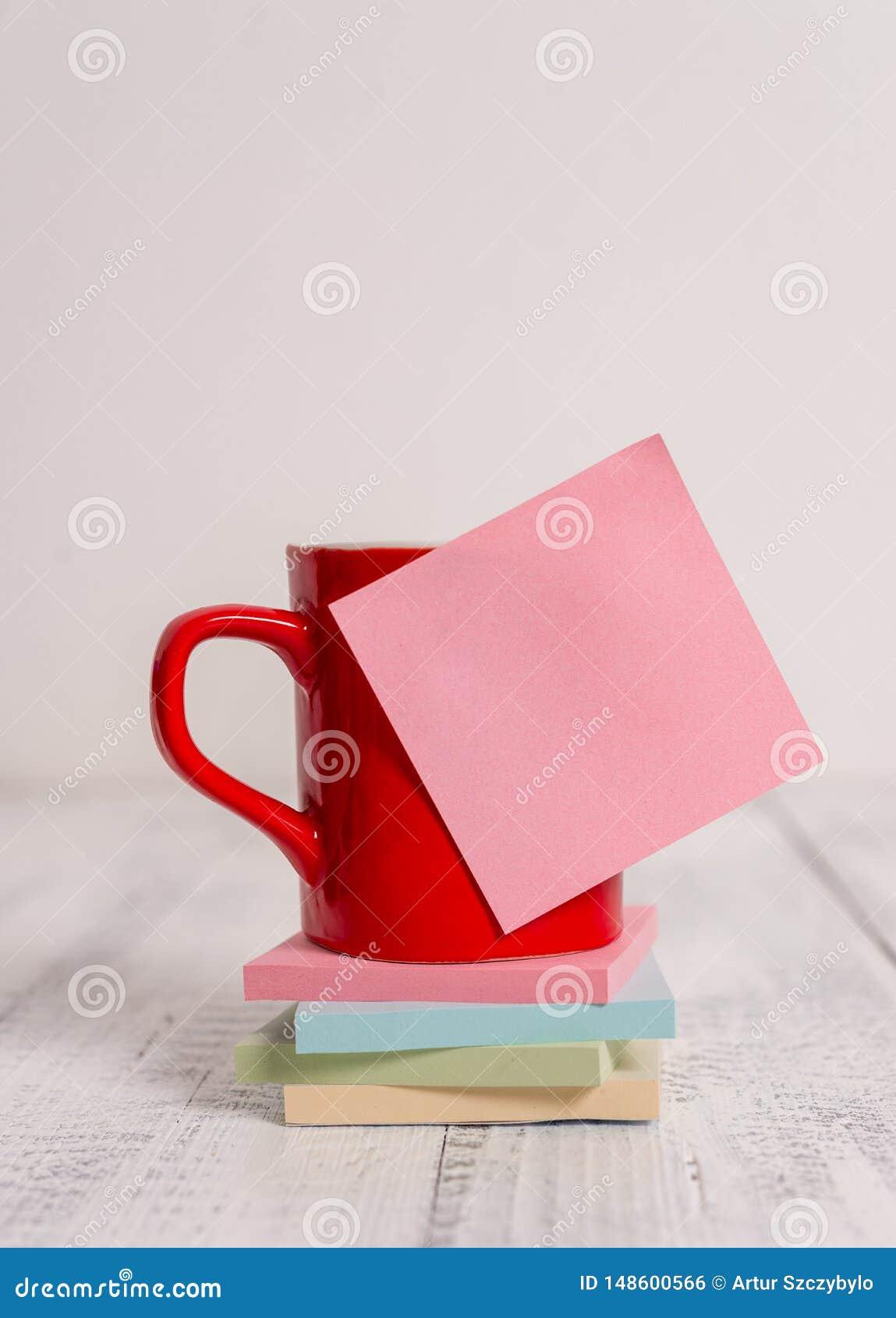 Van de de kopmok van de vooraanzichtkoffie kleurde de hete de drankenspatie kleverige nota gestapelde notastootkussens het liggen