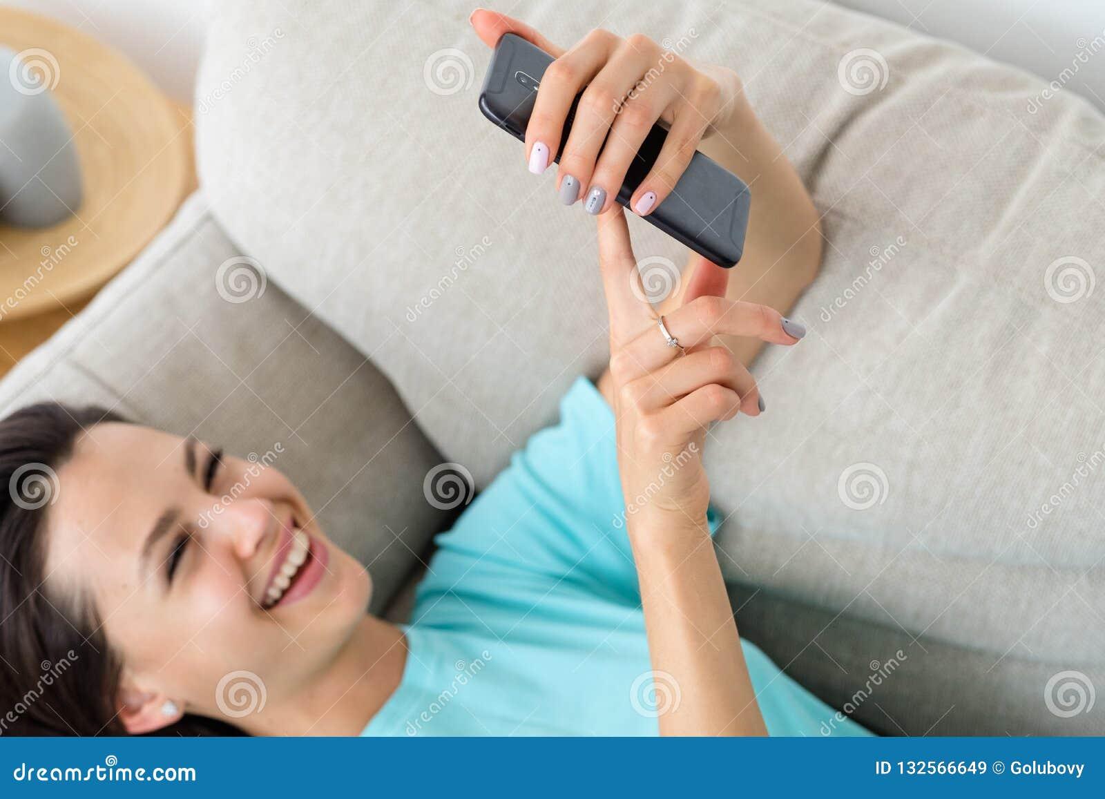 Van de de laagtelefoon van de lachvrouw nutteloze de levensstijlverslaving