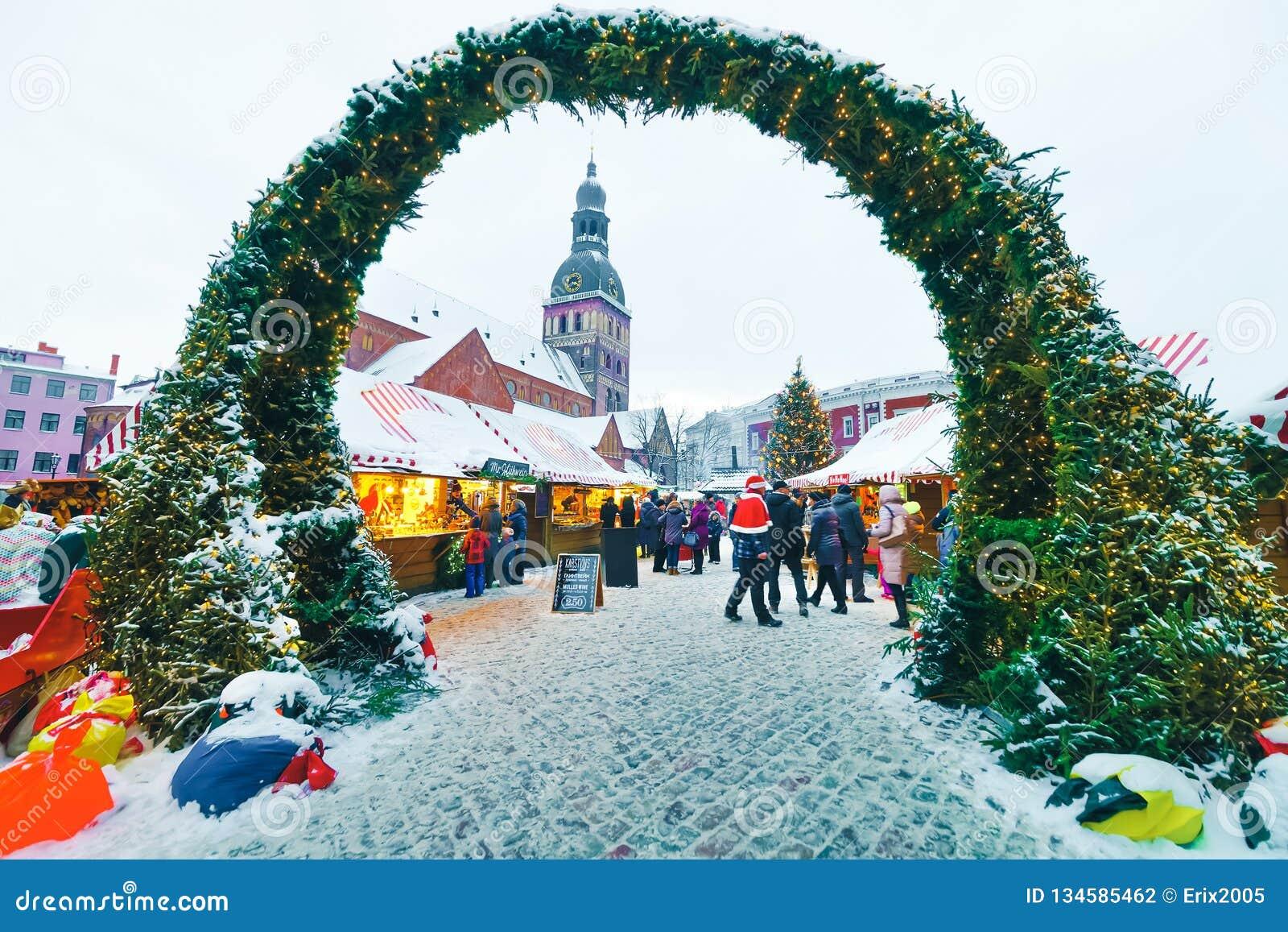 Van de de marktkoepel van mensenkerstmis van de Kerstmisboom de Vierkante sneeuw van Riga