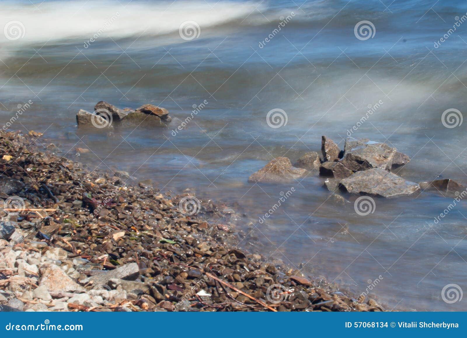 Van de overzeese de rots van het de lijneffect golvenzweep op het strand