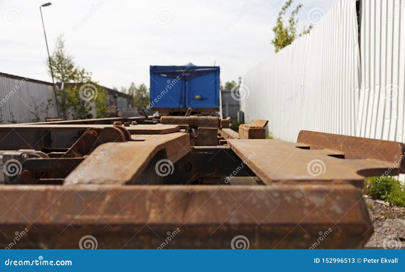 Van de rug van een lange vrachtwagen zonder een lading