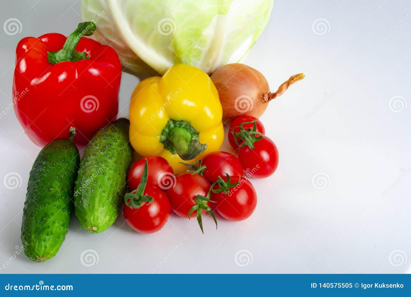 Van de de tomatenkool van de groenten Bulgaars peper de komkommersuien en knoflook op een witte achtergrond