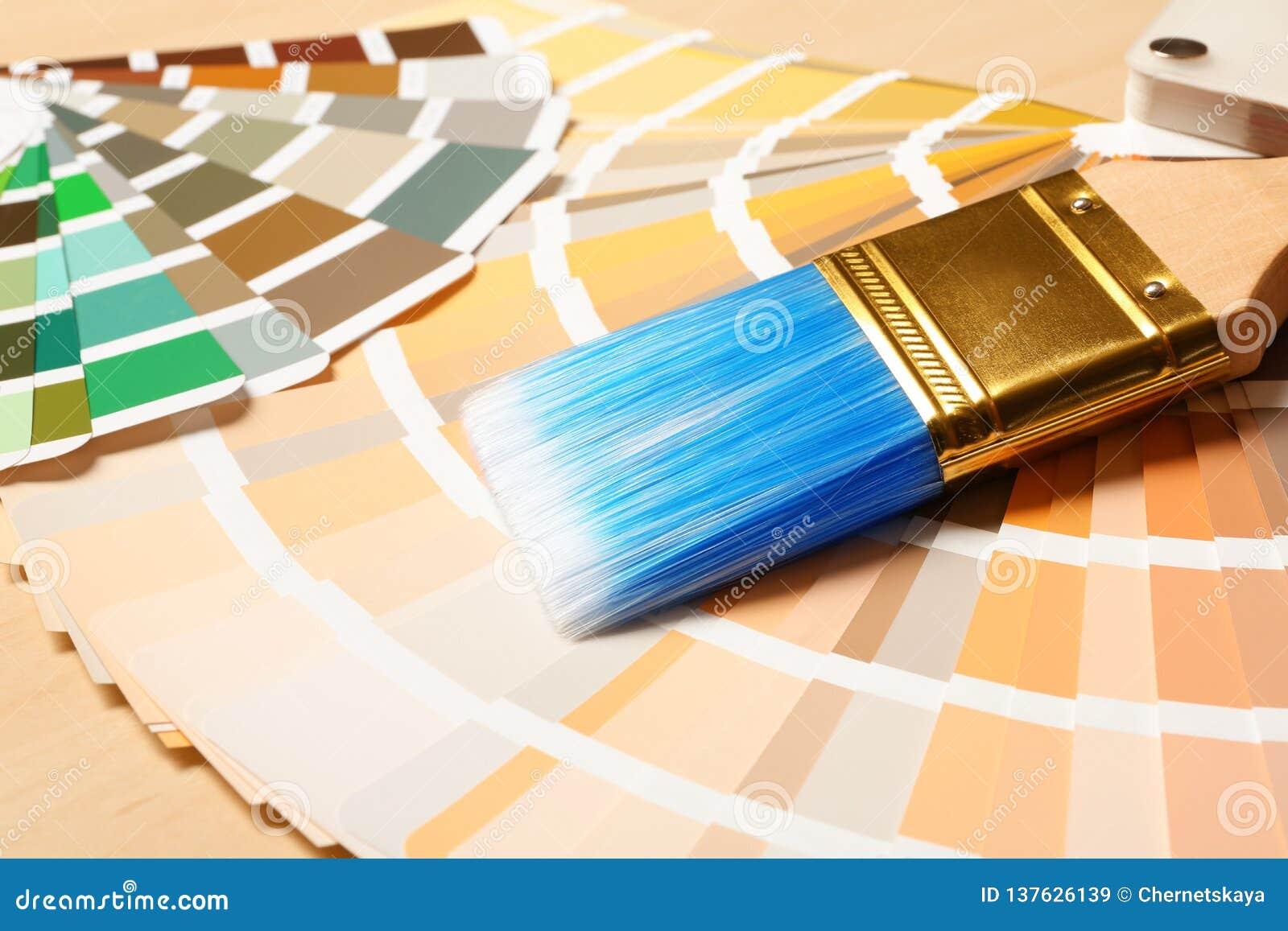 Van de verfborstel en kleur paletten op lijst