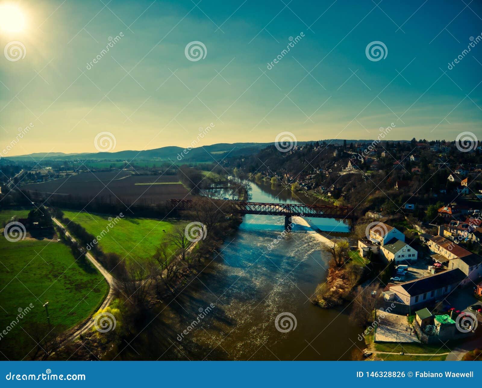 Van de vluchtvltava van de Cernosicehommel de luchttrein van de rivierlandbouwbedrijven