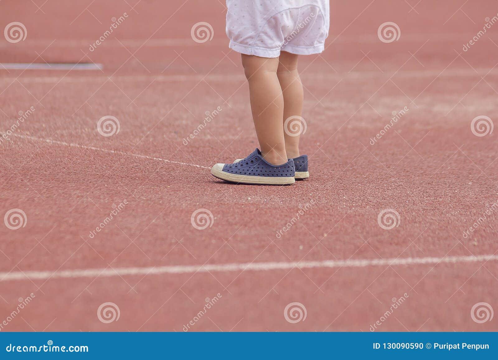 Van de de voetslijtage van kinderen de sportschoenen status