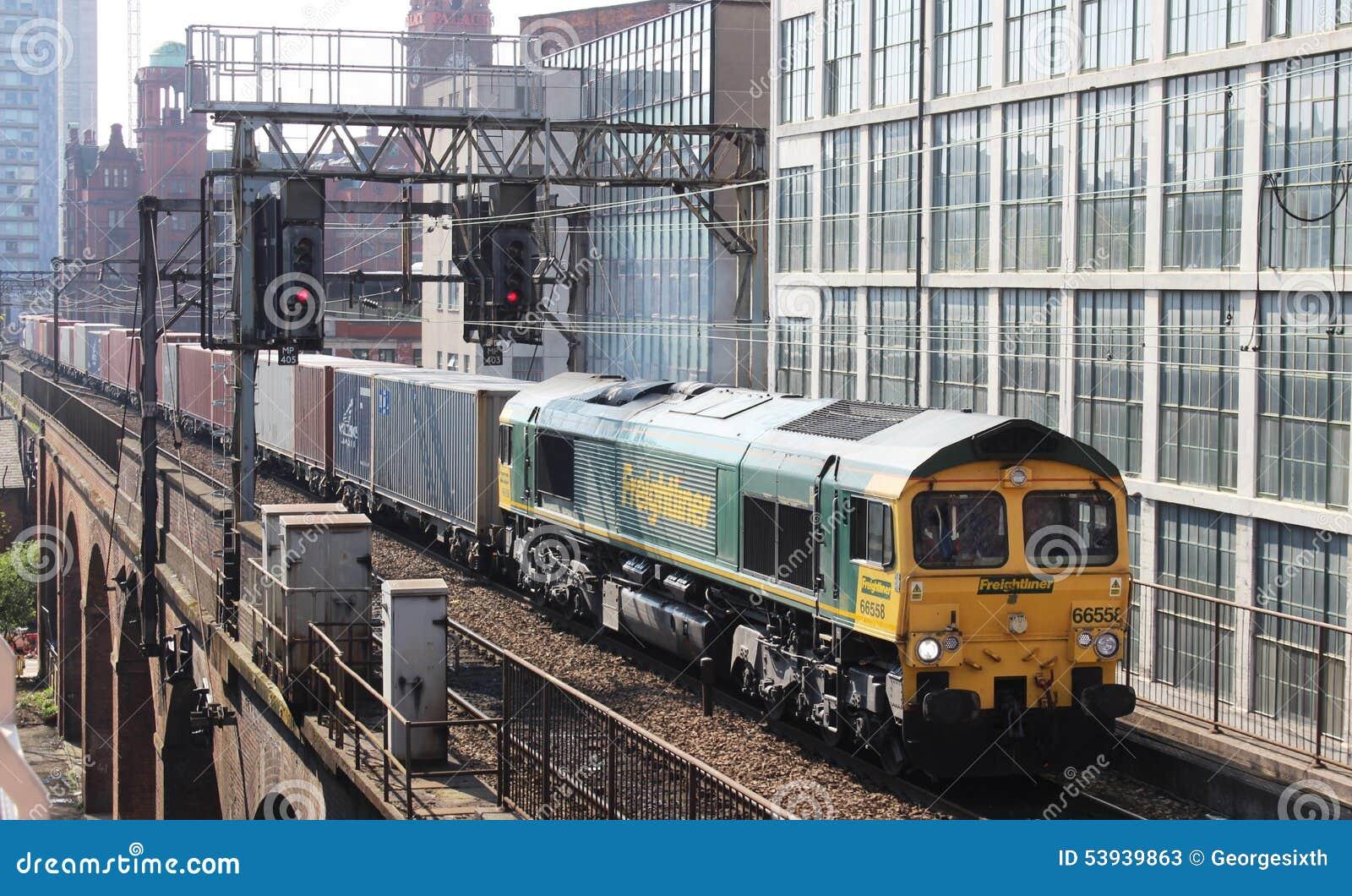 Van de vracht (container) trein het centrum van Manchester