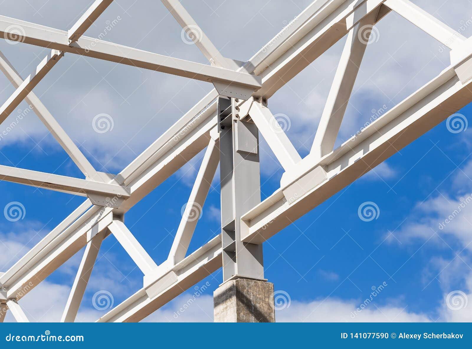 Van de witmetaalkader en bouw landbouwbedrijven van een gebouw