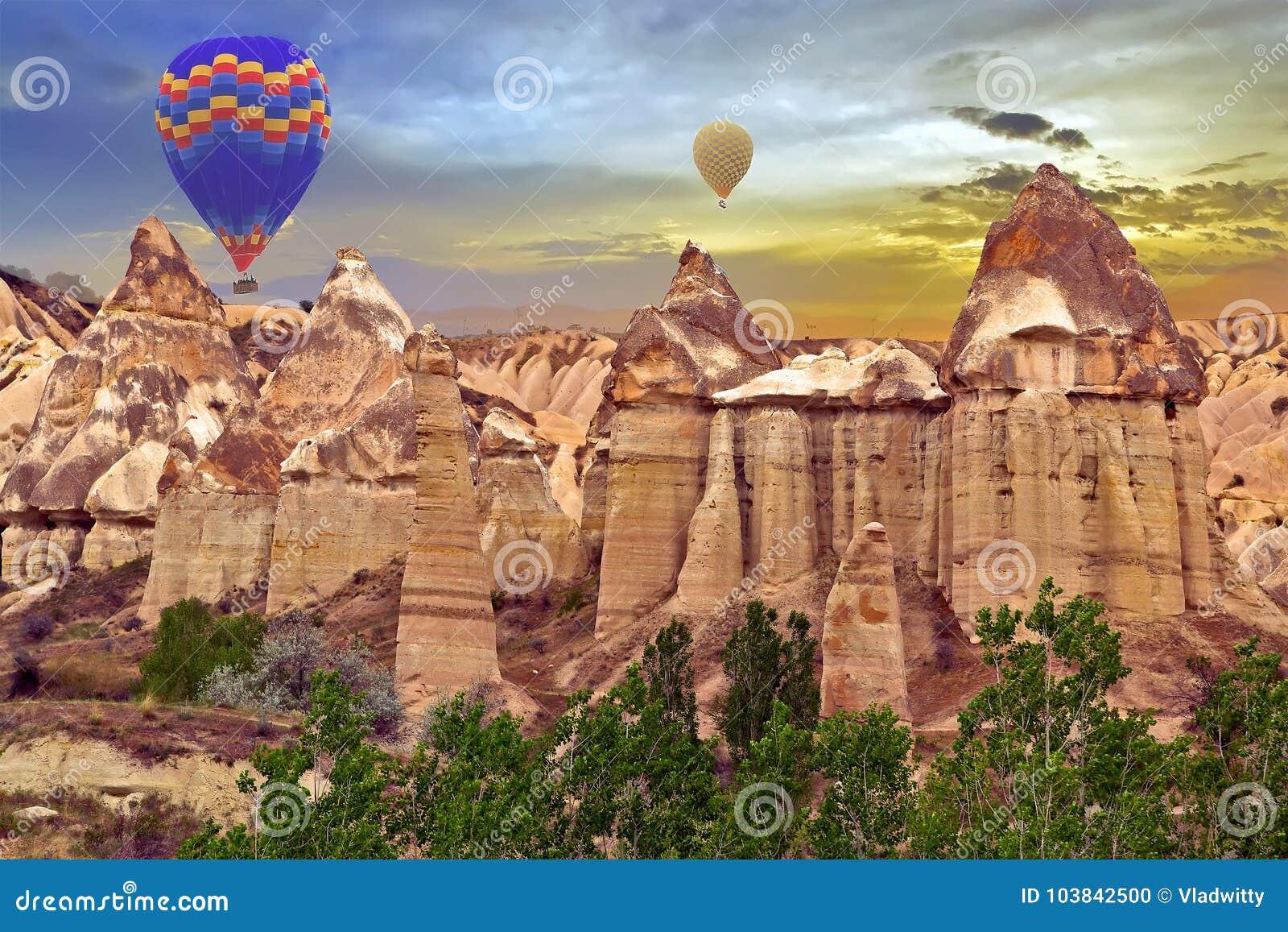 Van de de zonsondergangontdekking van hete luchtballons de Liefdevallei in Goreme-nationa