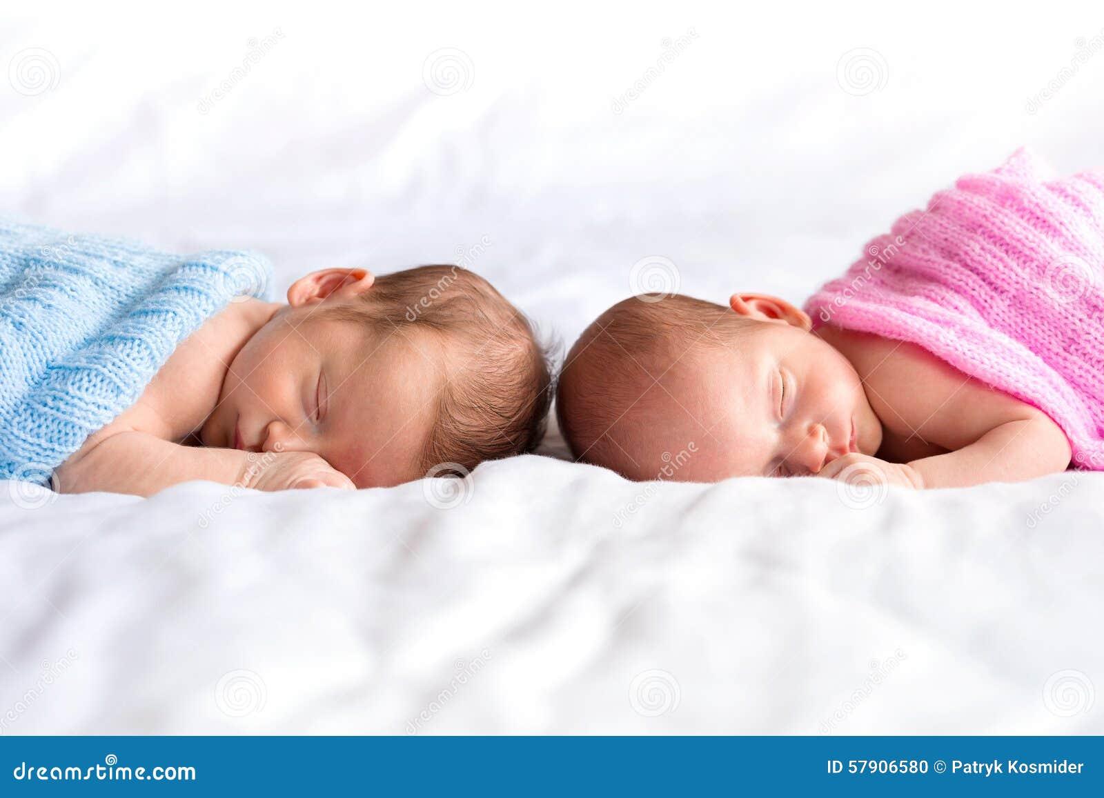 Van het babyjongen en meisje tweelingen in bed