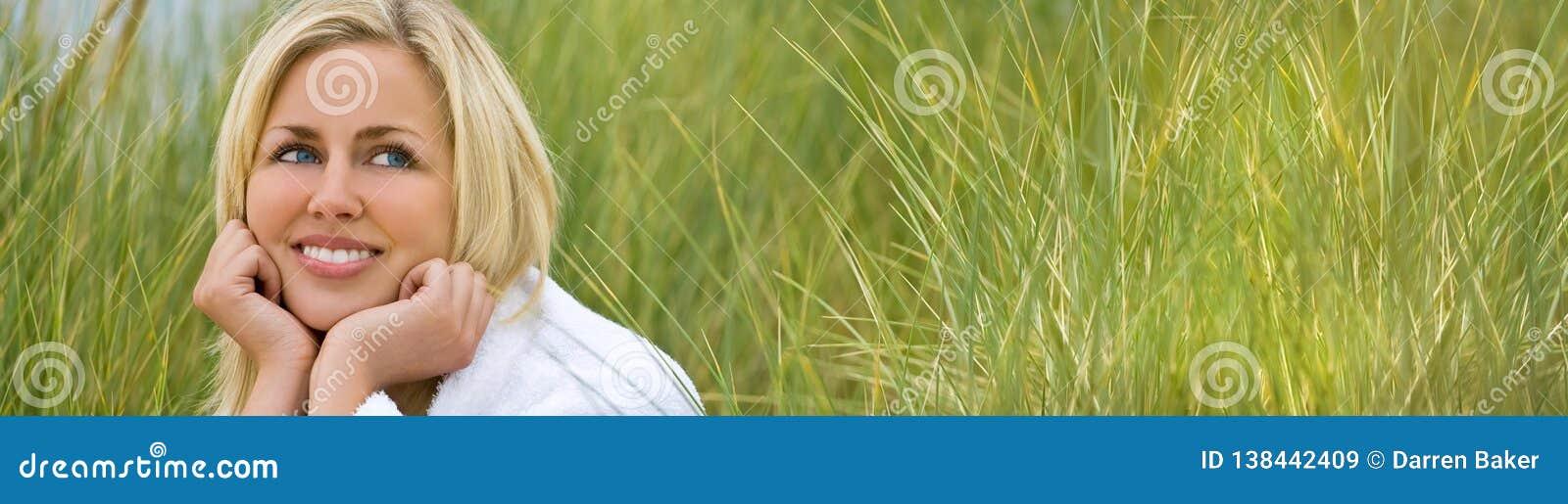 Van het de Bannermeisje van het panoramaweb Jong de Vrouwen Natuurlijk Gras