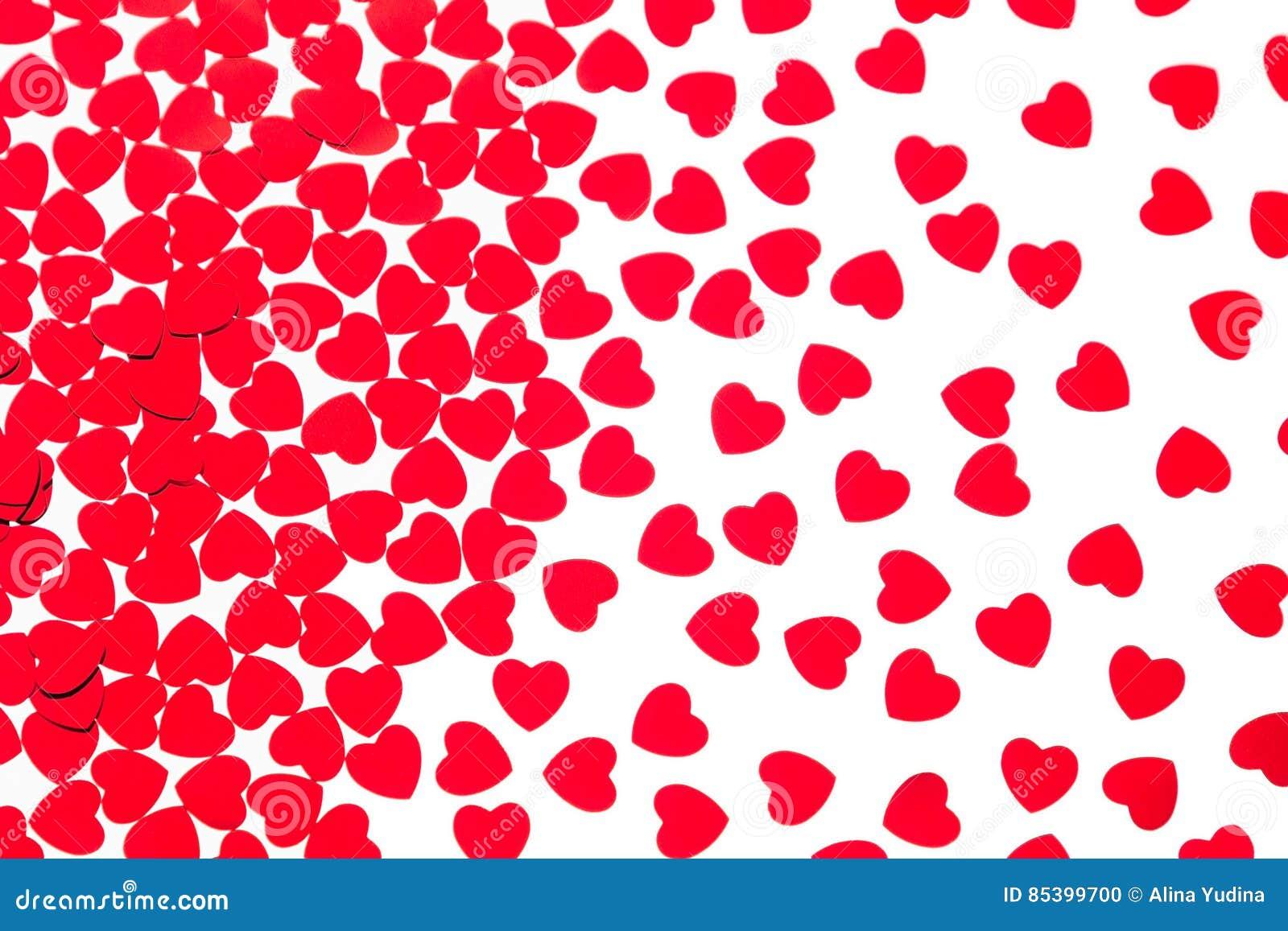 Van het de dag decoratieve patroon van Valentine ` s rode die de hartenconfettien op witte achtergrond worden geïsoleerd