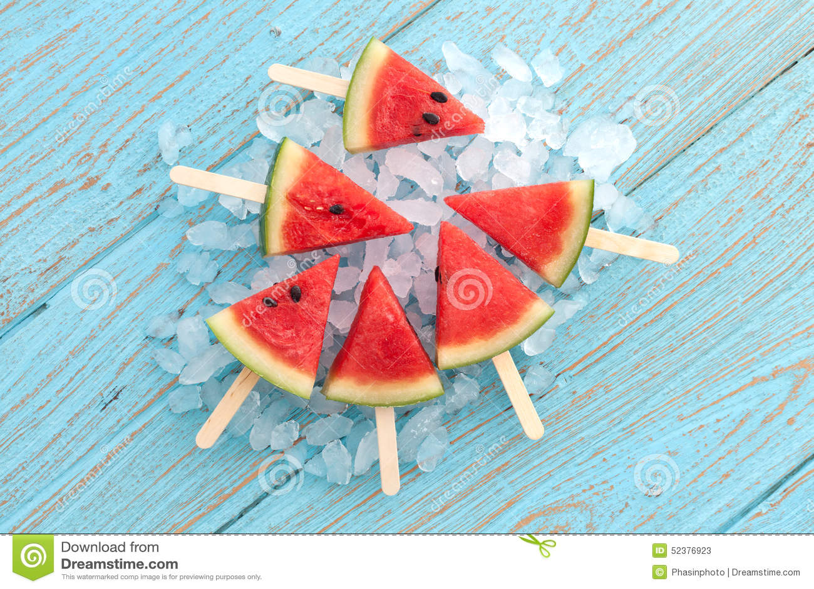Van het de zomerfruit van de watermeloenijslolly yummy verse zoete het dessert houten teak