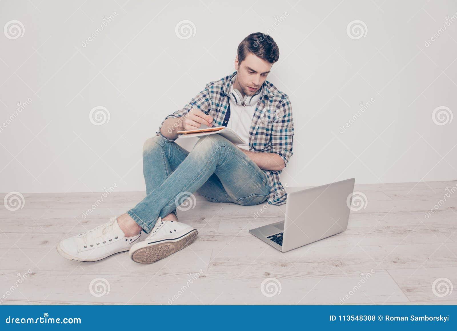Van het het denim geruite overhemd van jeanstennisschoenen mede de persoons moderne technologie