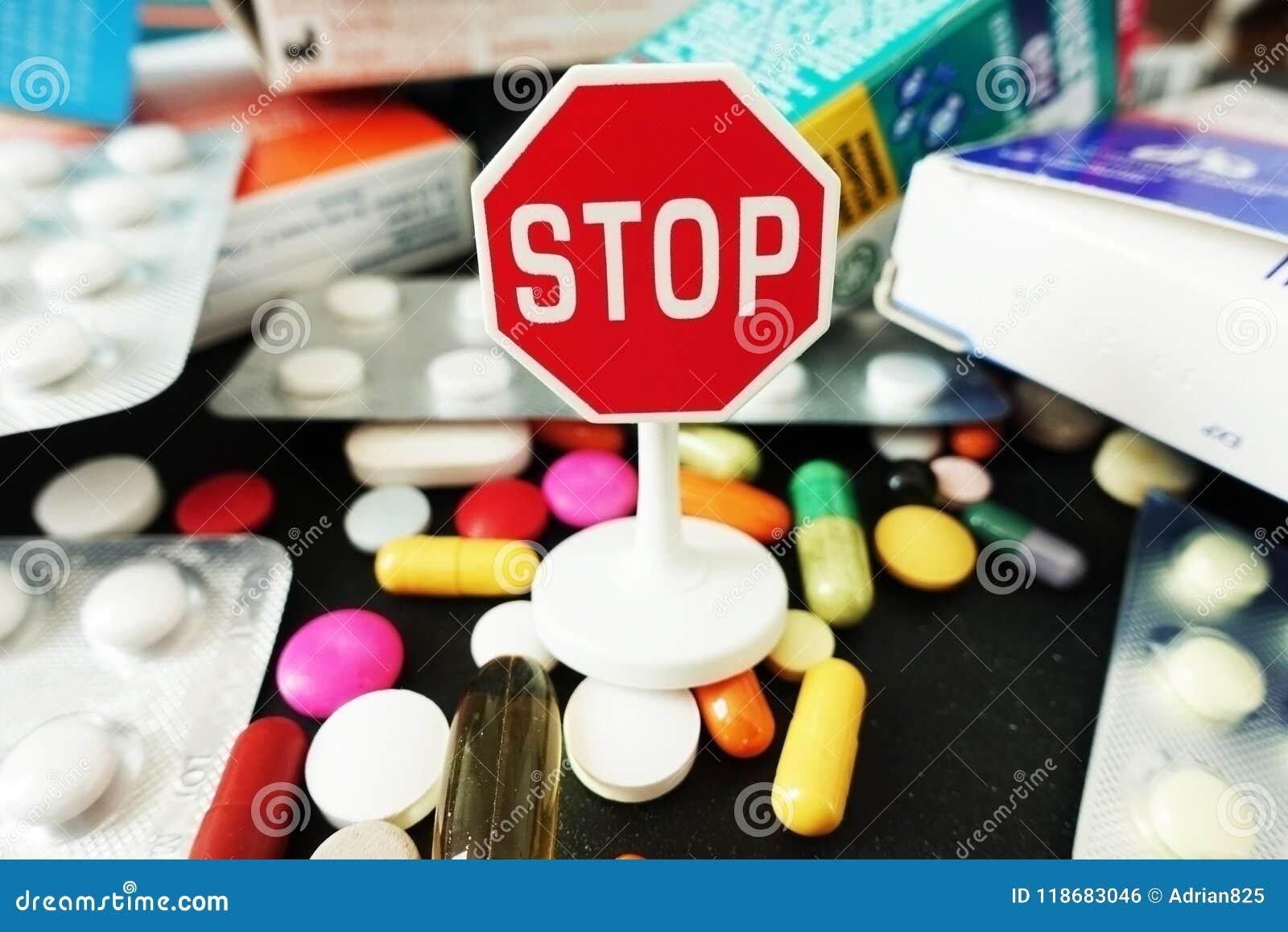 Van het eindeantibiotica of medicijn de overmaat met kleurrijke farmaceutische drugs met einde ondertekent op bovenkant
