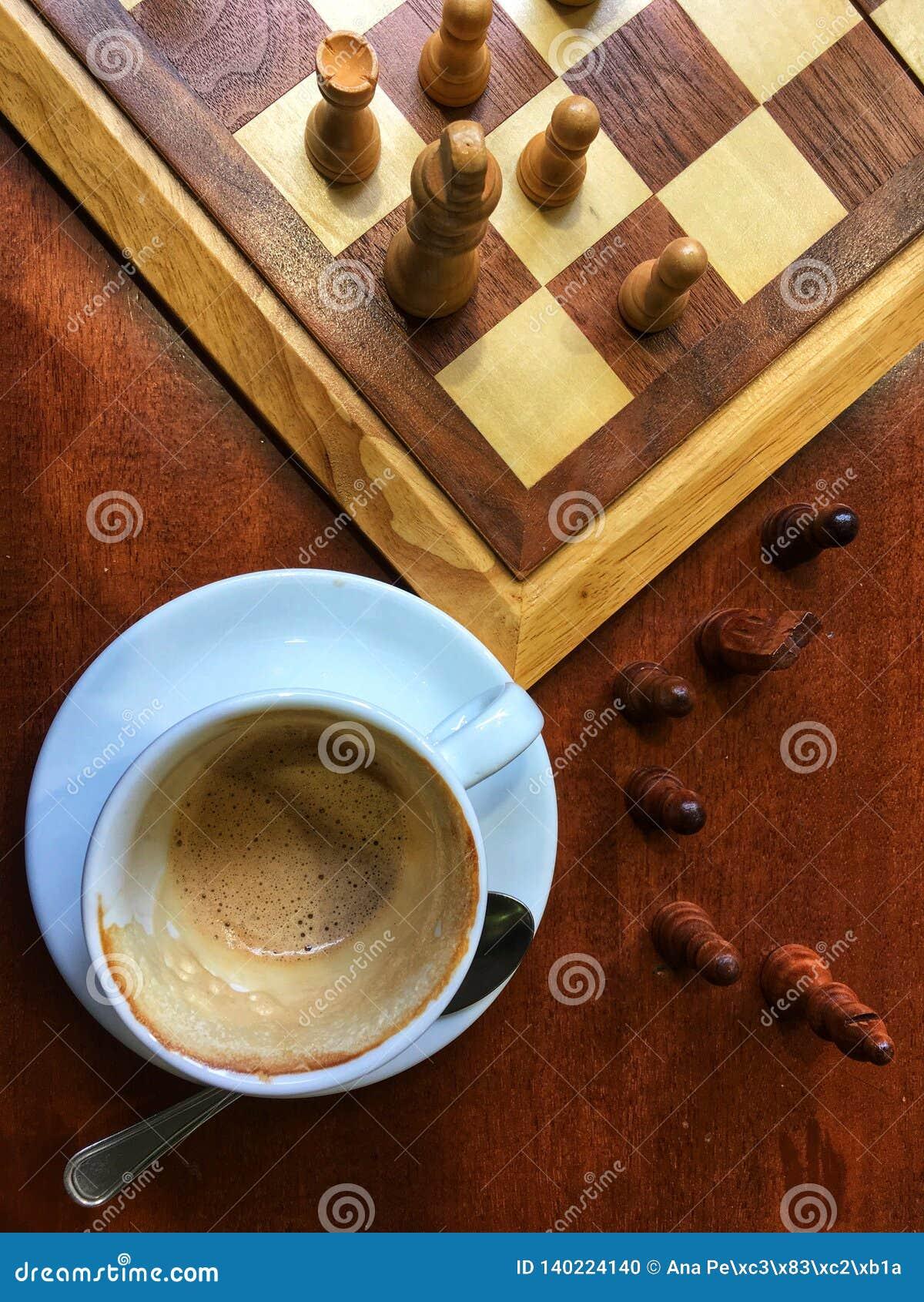 Van het ochtend het Italiaanse Koffie en schaak spelen