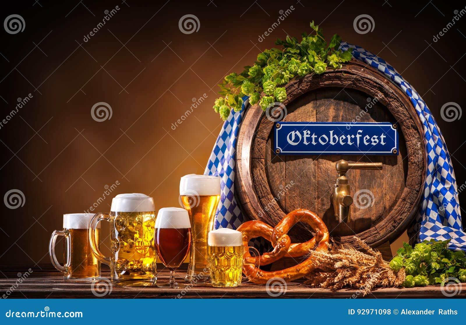 Van het Oktoberfestbiervat en bier glazen