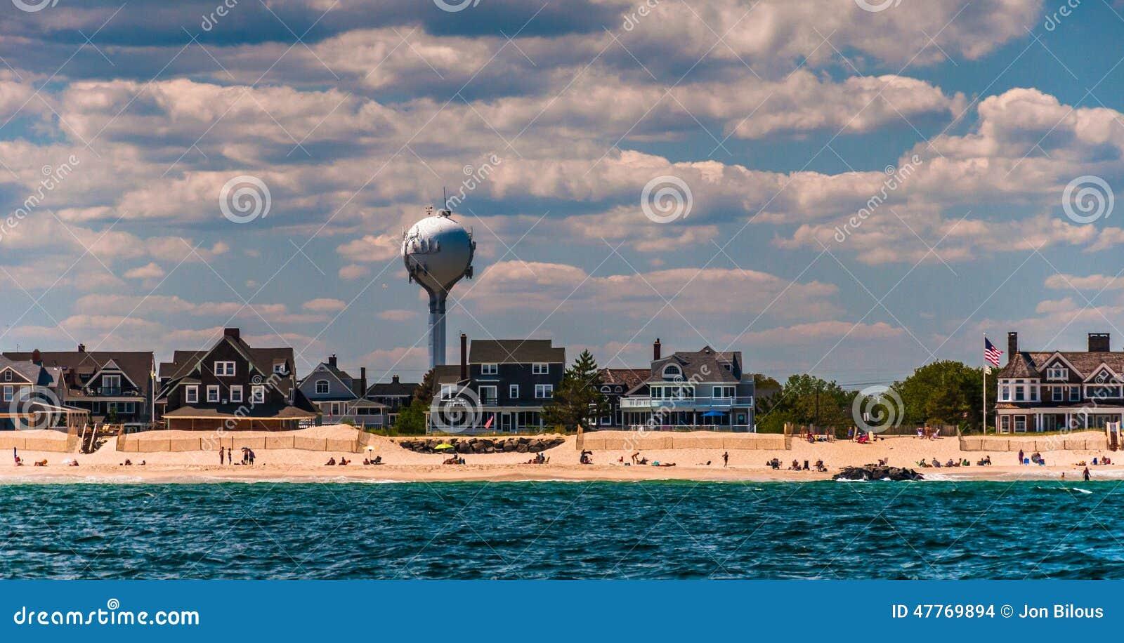 Van het watertoren en strand huizen op de Atlantische kust in Puntpleidooi