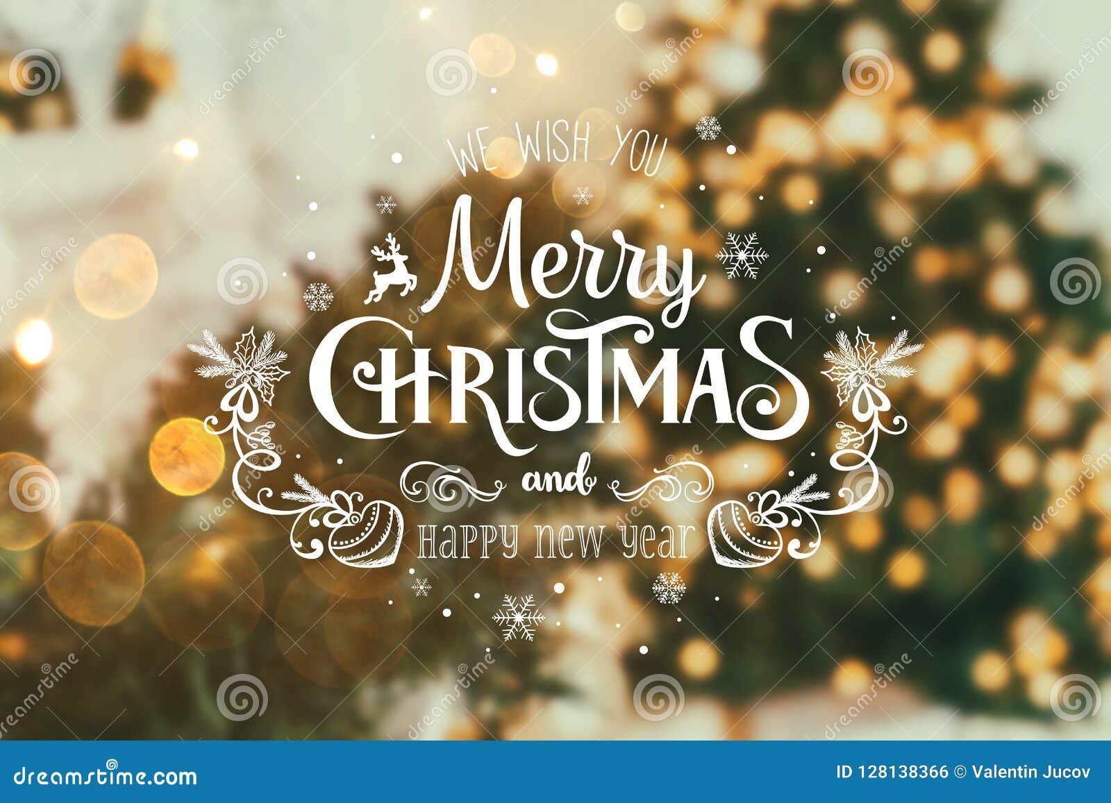 Van kerstboom achtergrond en Kerstmis decoratie met vaag, het vonken, het gloeien en tekst Vrolijke Kerstmis en Gelukkig Nieuwjaa