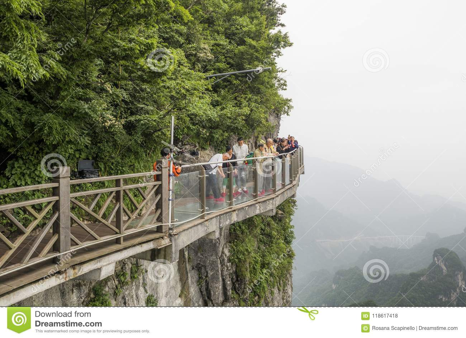 28 van Mei, 2018: Toeristen die hun die beelden voorbereidingen treffen te hebben in Cliff Glass Sky Walk bij Tianmen-Berg worden