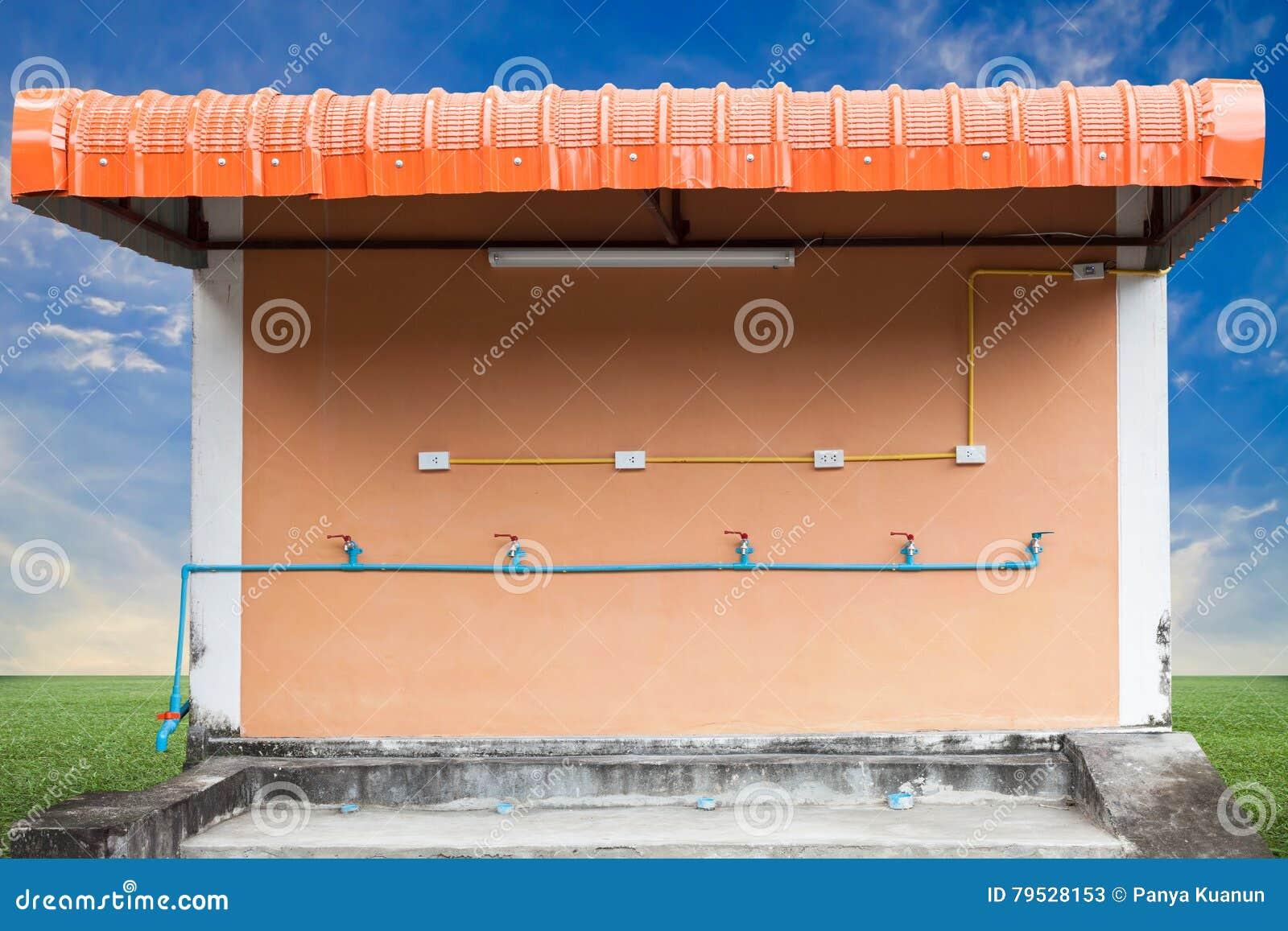Van waterkraan en pvc waterpijpen en Elektroschakelaar en stopverstand