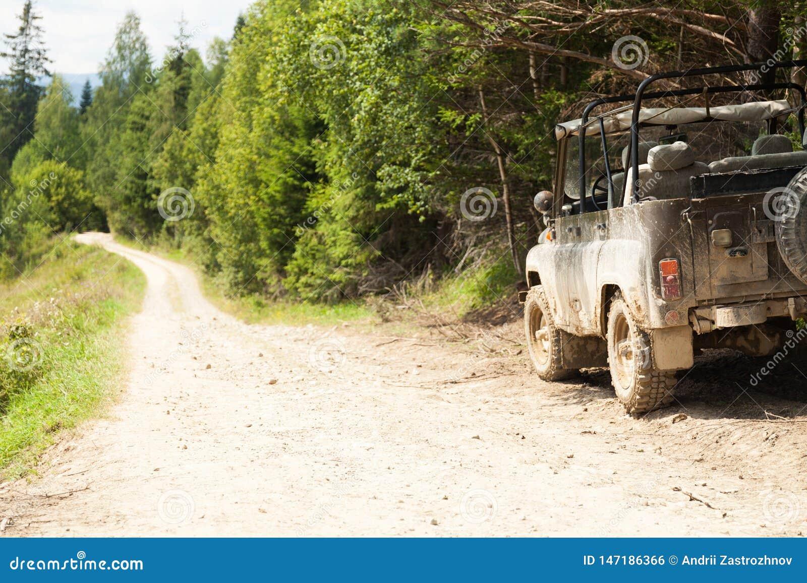 Van weg4x4 avontuur, jeep bij de berglandweg Exemplaarruimte voor tekst