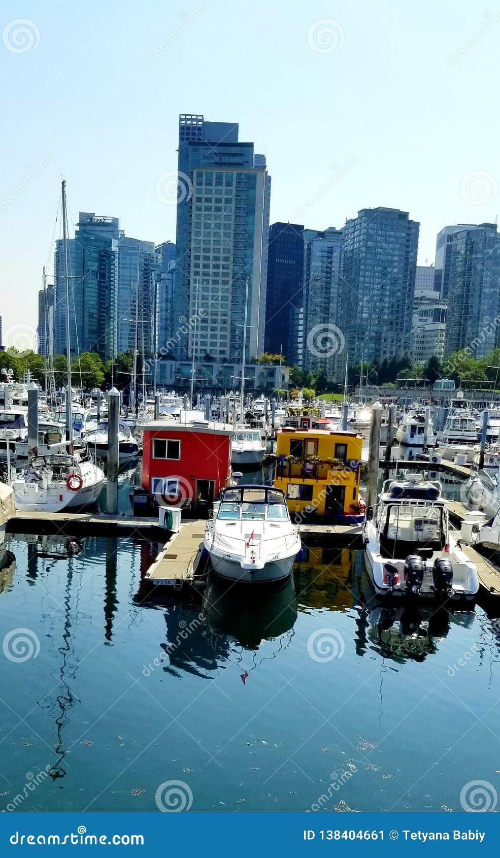 Vancouver Bunkruje schronienia Marina - Colourful Łódkowaci domy wśród «zimnych «wysokich wzrostów