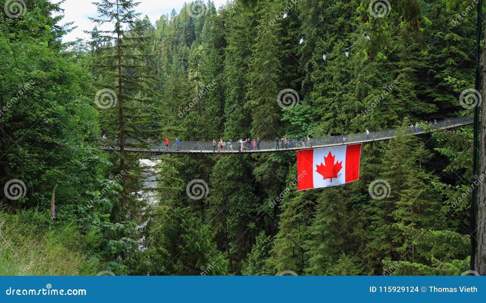 Vancouver, Canadá: Turismo - puente colgante de Capilano con la bandera canadiense