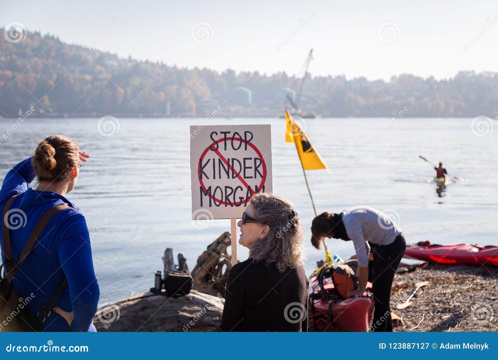 VANCOUVER DEL NORTE, A.C., CANADÁ - 28 DE OCTUBRE DE 2017: Manifestante en el parque de Cates que se reúne contra la tubería de K