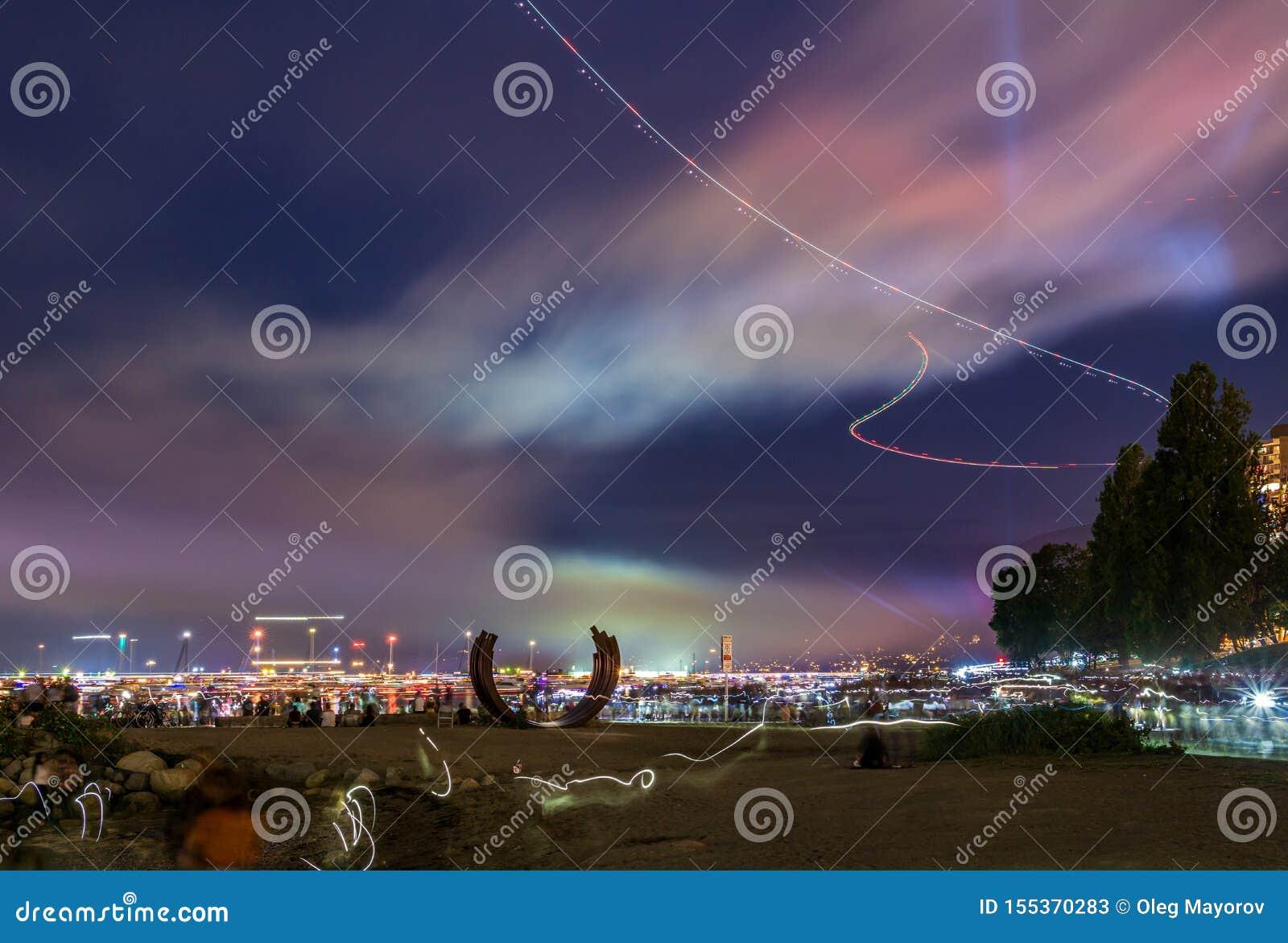 VANCOUVER KANADA, LIPIEC, - 31, 2019: kolorowy niebo po fajerwerków przy zmierzch plażą w śródmieściu