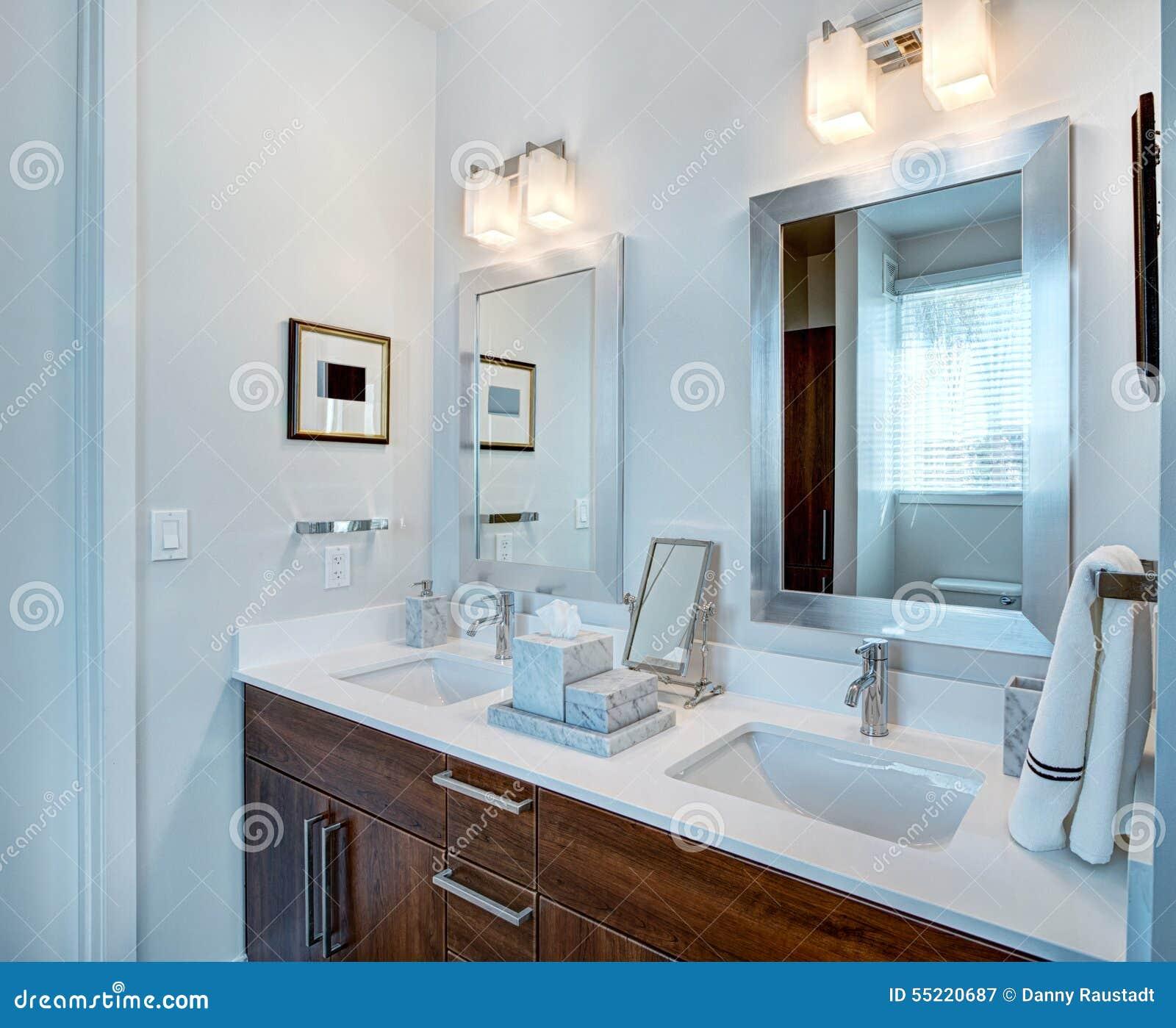 Vanidad Dual Y Espejos Del Cuarto De Baño Imagen de archivo ...