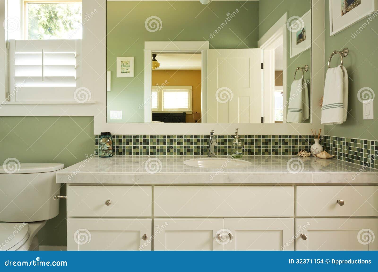Vanidad y espejo del cuarto de baño