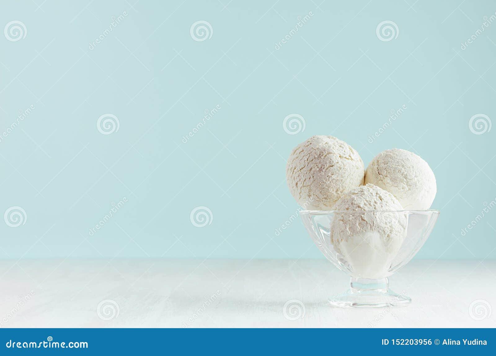 Vaniljglassskopor i elegant bunke i modern stilfull pastellfärgad mintkaramellfärginre