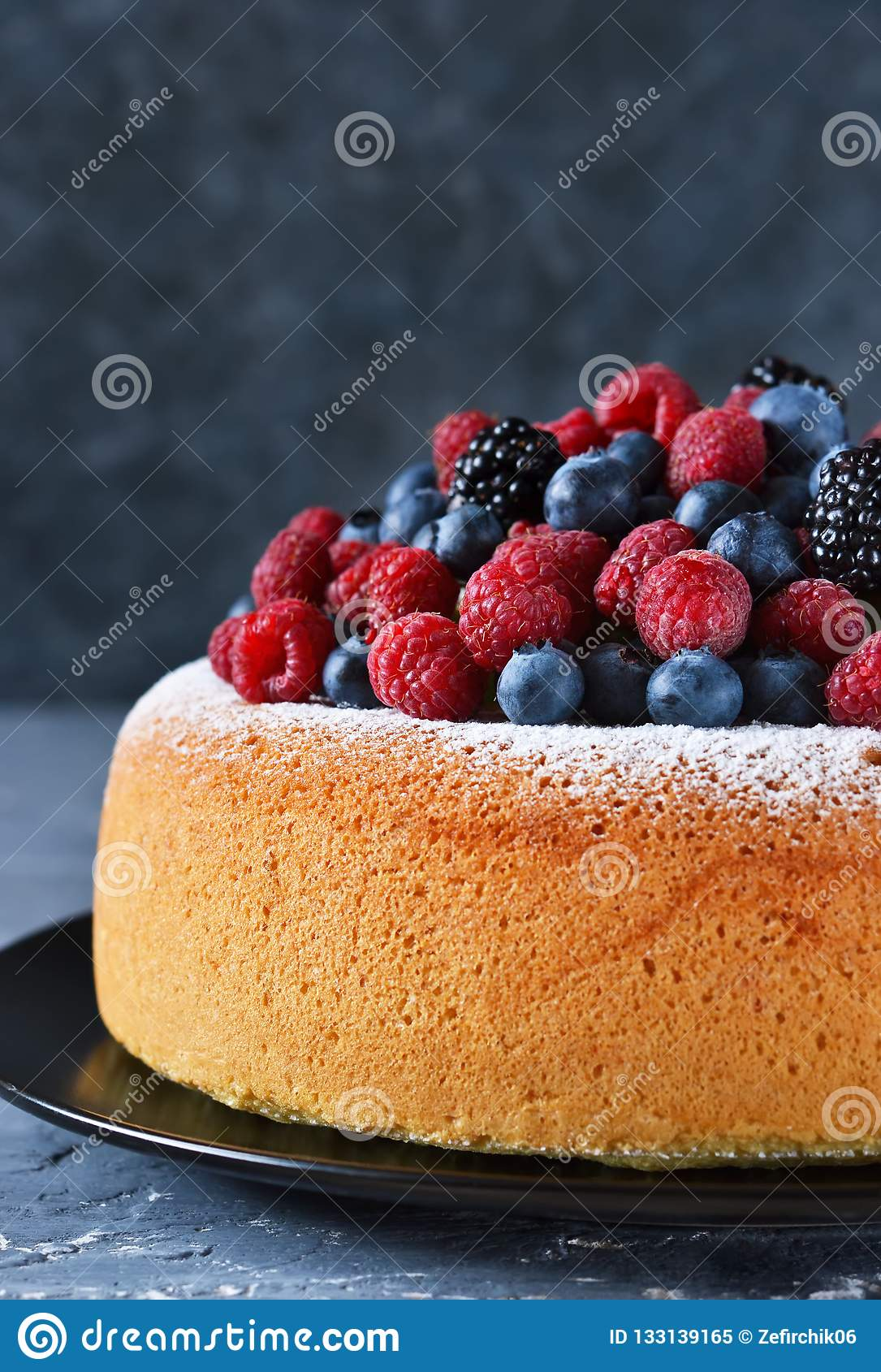 Vanilla cake with creamy cream and berries: blueberries