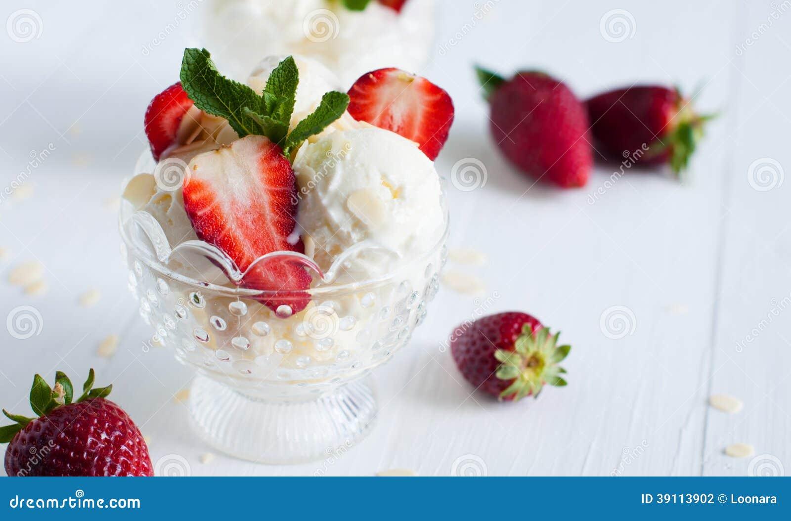 Vanilleroomijs met amandelen en aardbeien