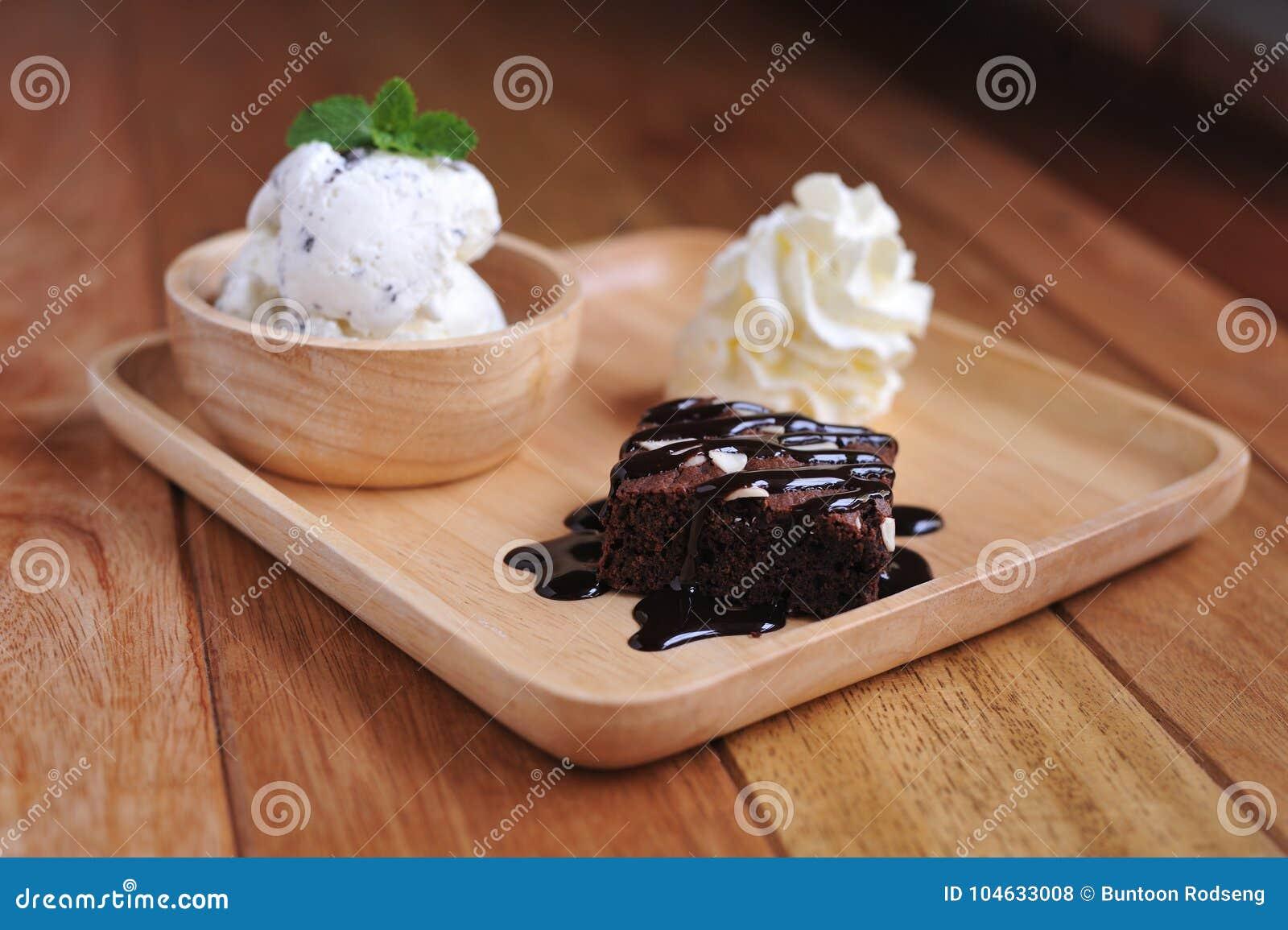 Download Vanilleroomijs Met Munt In Eigengemaakte Kom Stock Foto - Afbeelding bestaande uit fruit, cuisine: 104633008