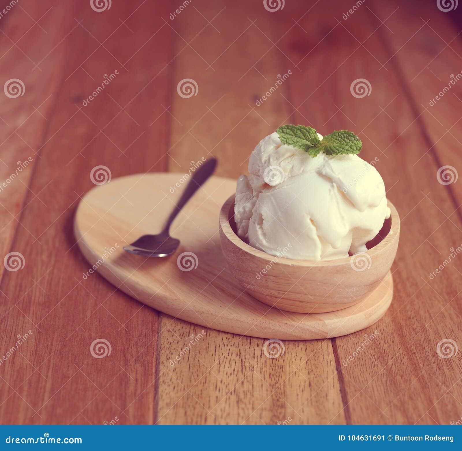 Download Vanilleroomijs Met Munt In Kom Eigengemaakt Biologisch Product Stock Afbeelding - Afbeelding bestaande uit gastronomisch, eigengemaakt: 104631691