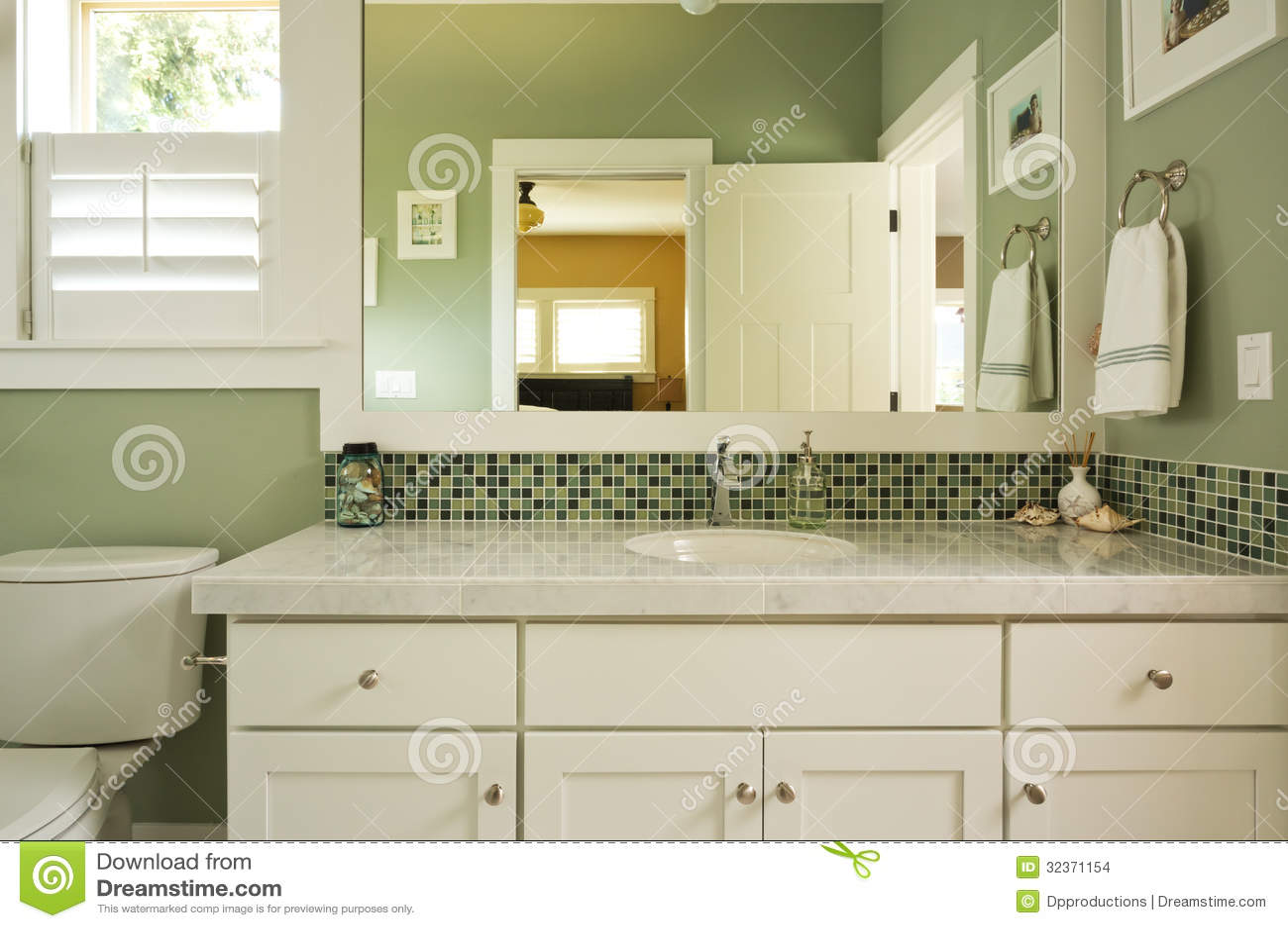 Vanità e specchio del bagno