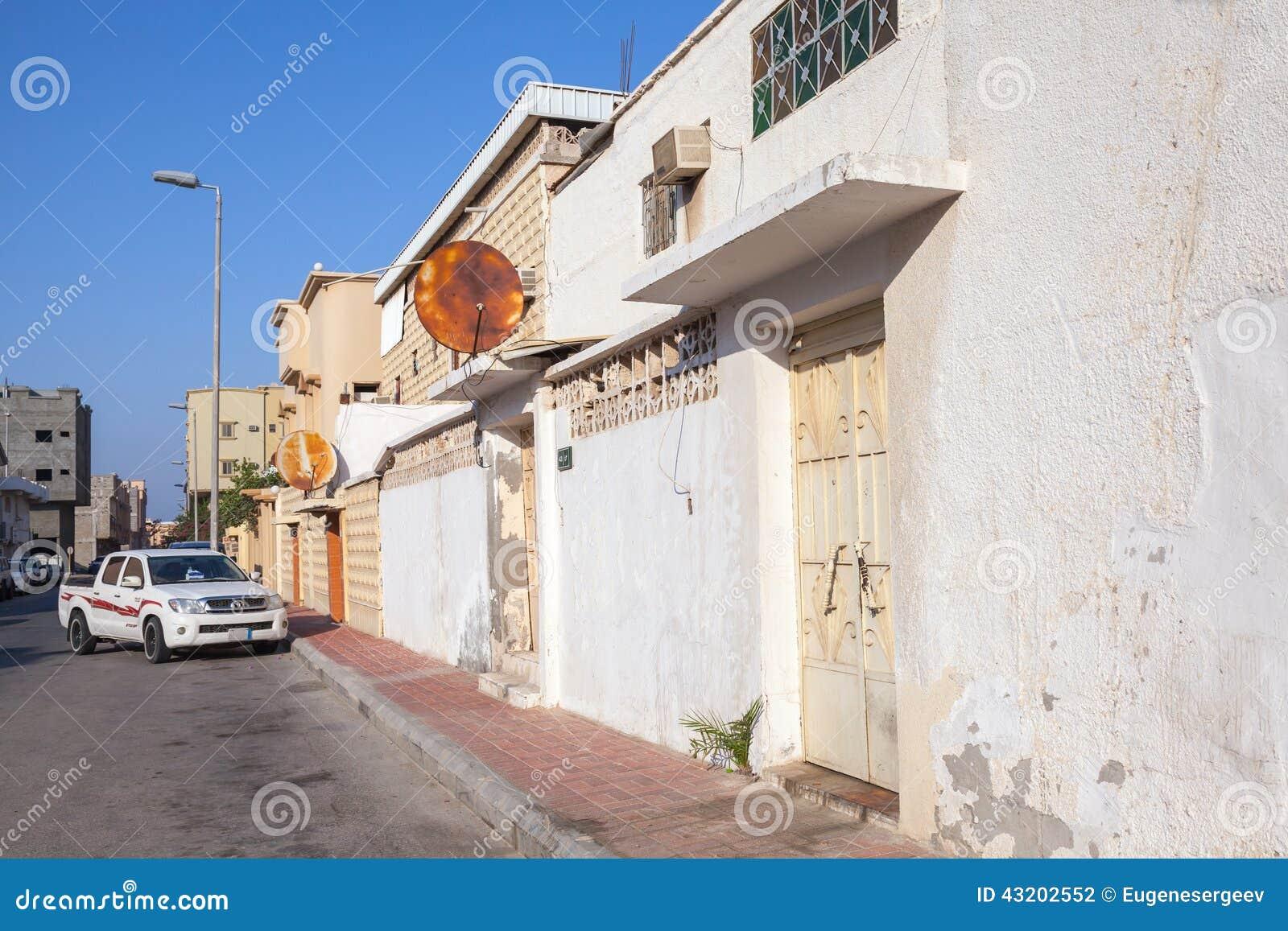 Download Vanlig Gatasikt Med Parkerade Bil- Och Vitväggar, Saudiarabien Redaktionell Arkivbild - Bild av town, östligt: 43202552
