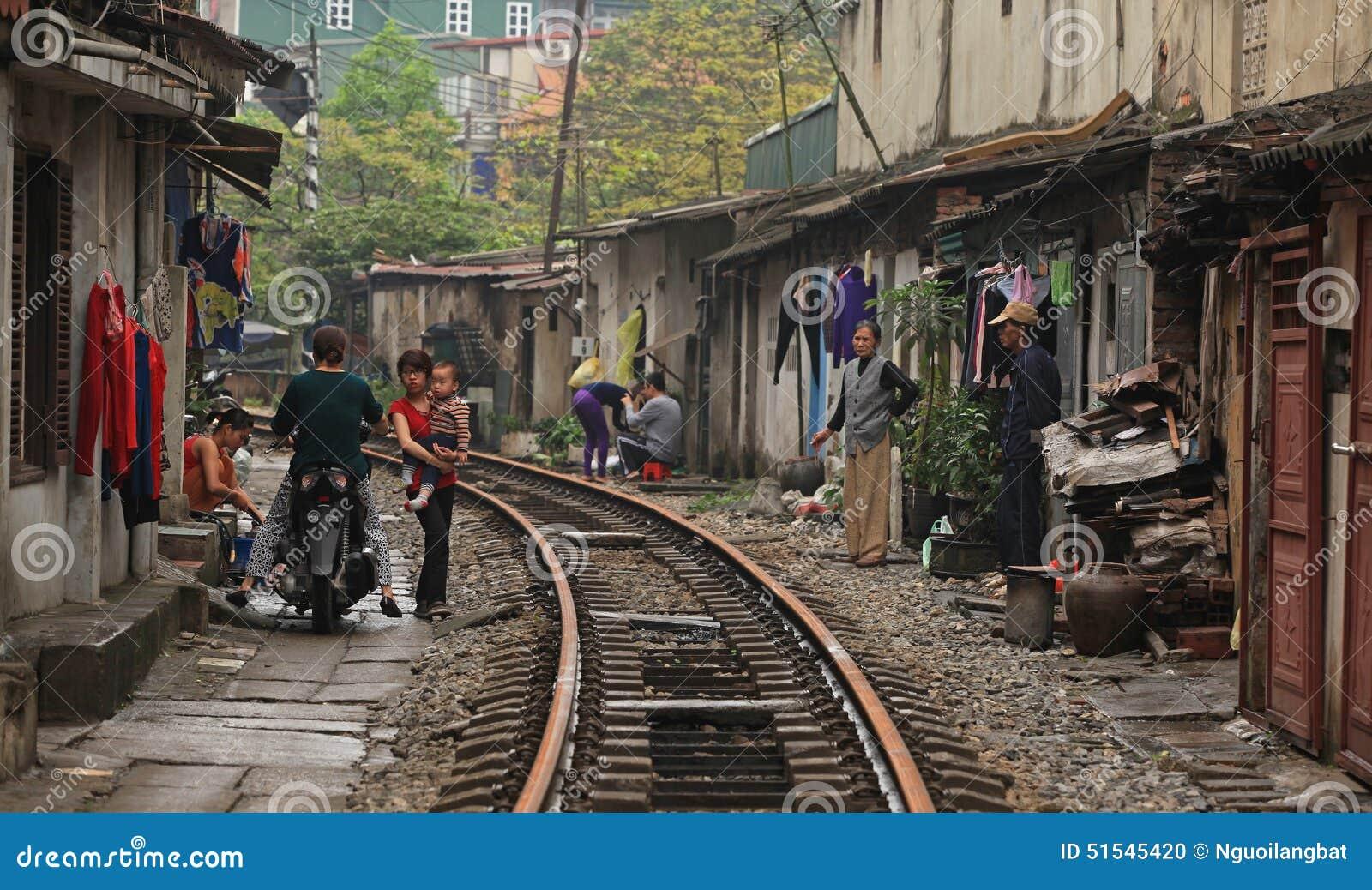 Vanligt liv och hus på järnvägsspåret
